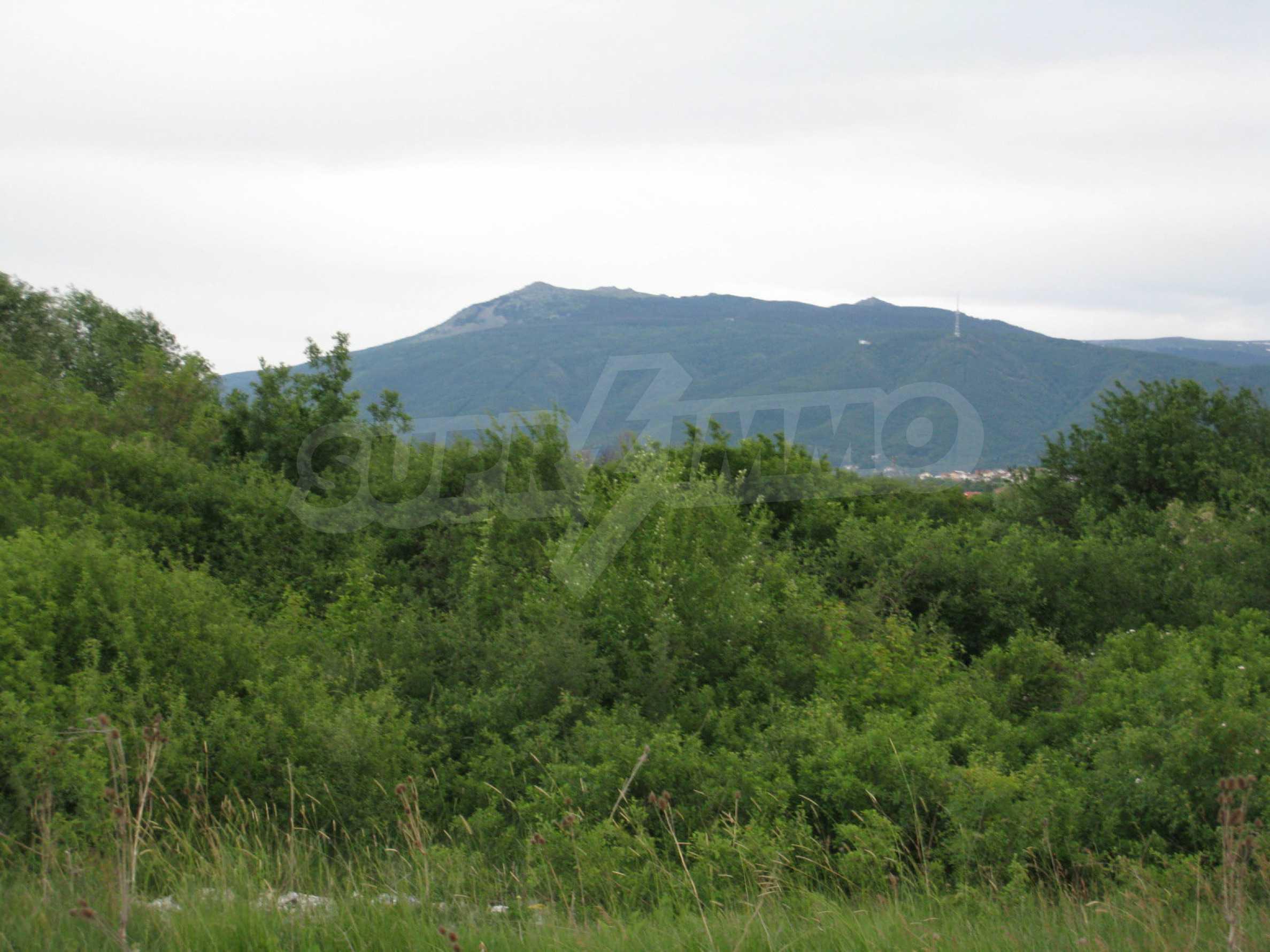 Ackerland in der Nähe eines Sees in Suhodol 22