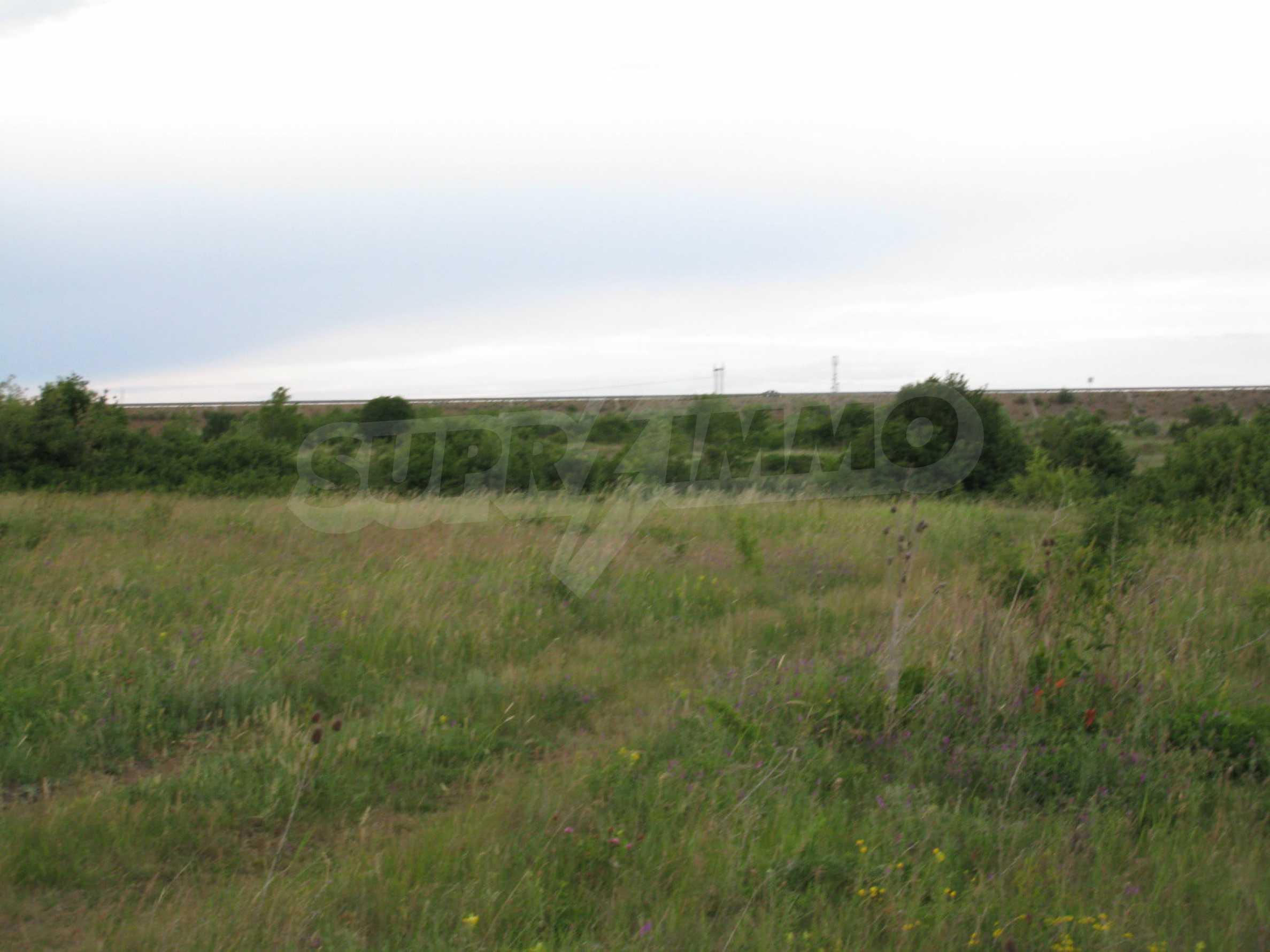 Ackerland in der Nähe eines Sees in Suhodol 23