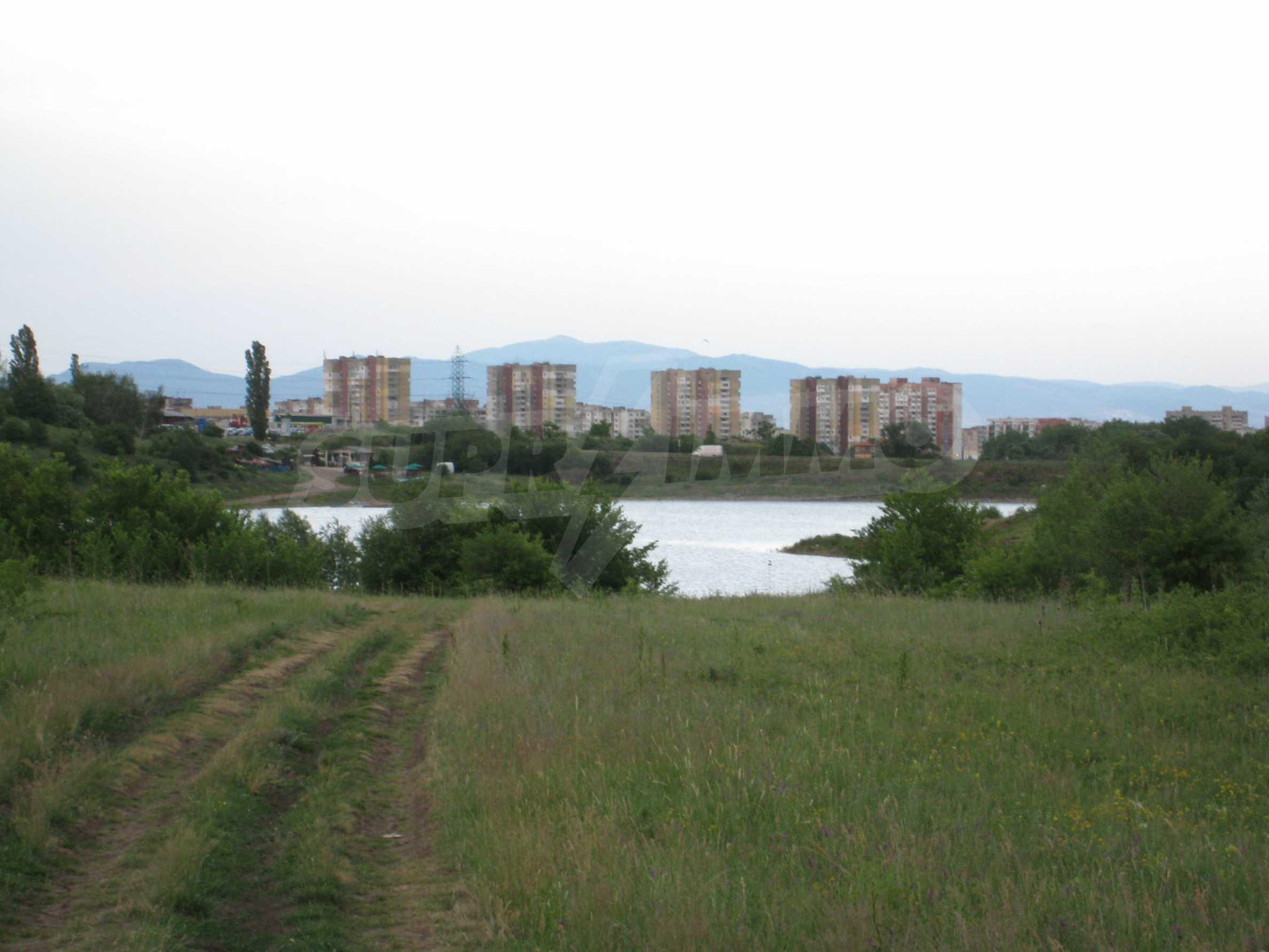 Ackerland in der Nähe eines Sees in Suhodol 24