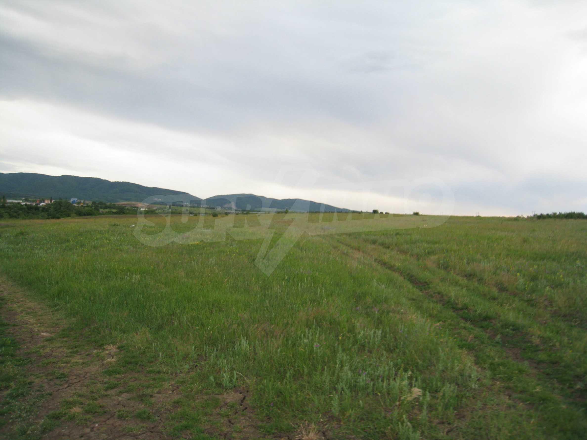 Ackerland in der Nähe eines Sees in Suhodol 25