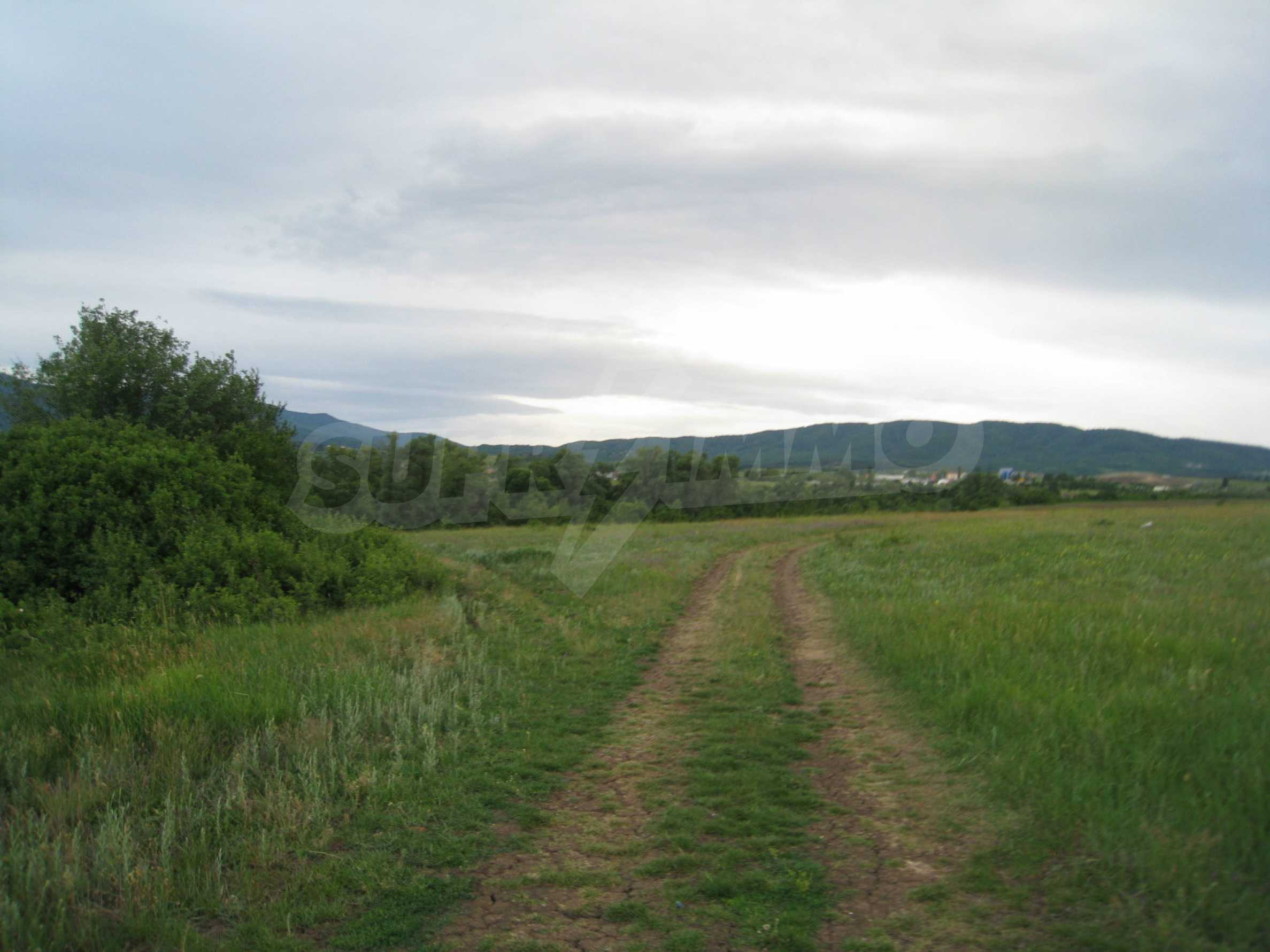 Ackerland in der Nähe eines Sees in Suhodol 26