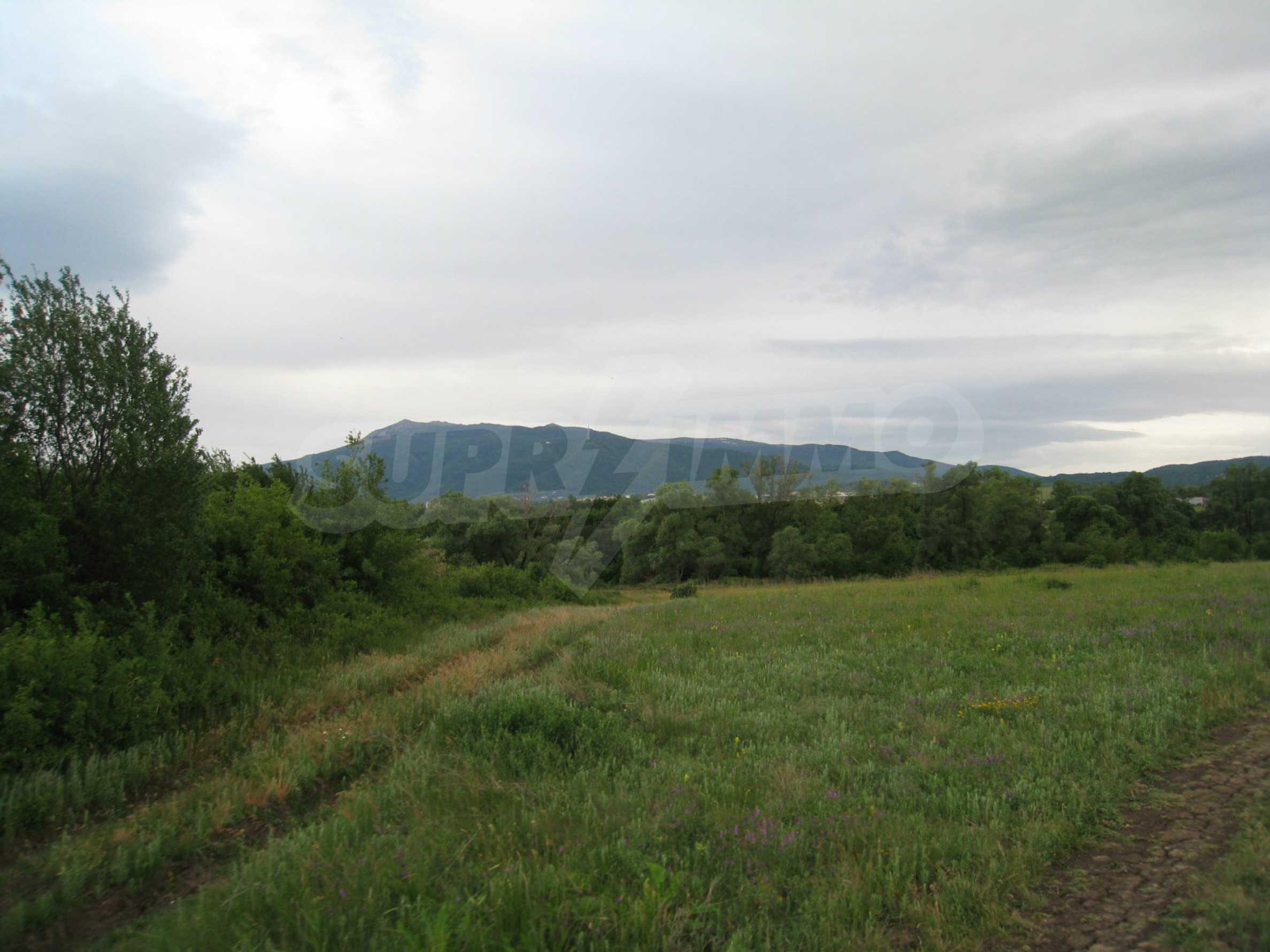 Ackerland in der Nähe eines Sees in Suhodol 27
