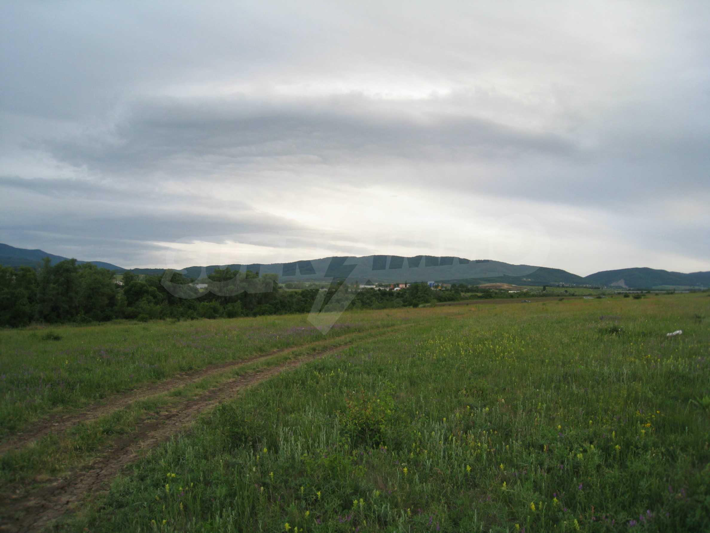 Ackerland in der Nähe eines Sees in Suhodol 3