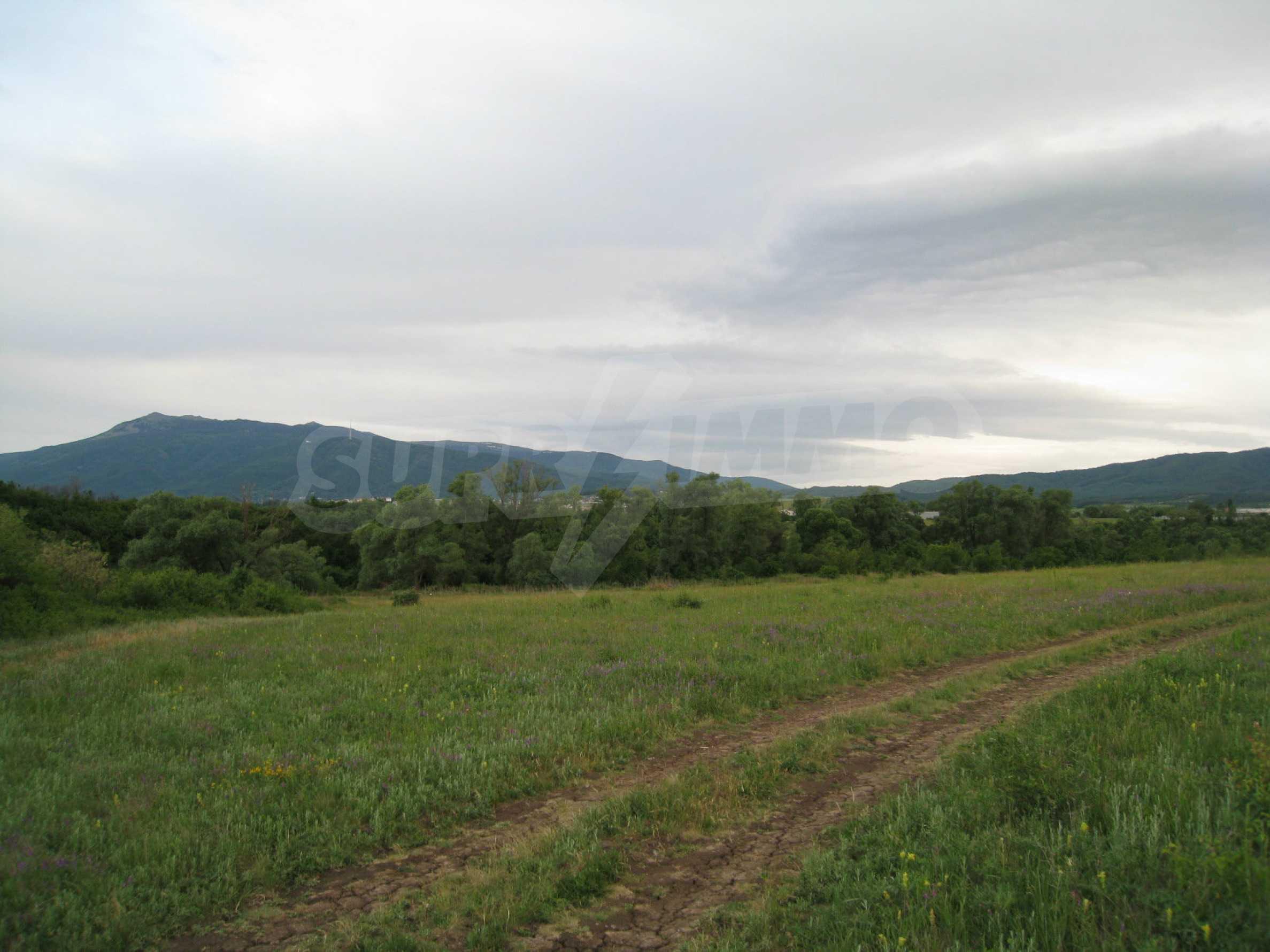 Ackerland in der Nähe eines Sees in Suhodol 4