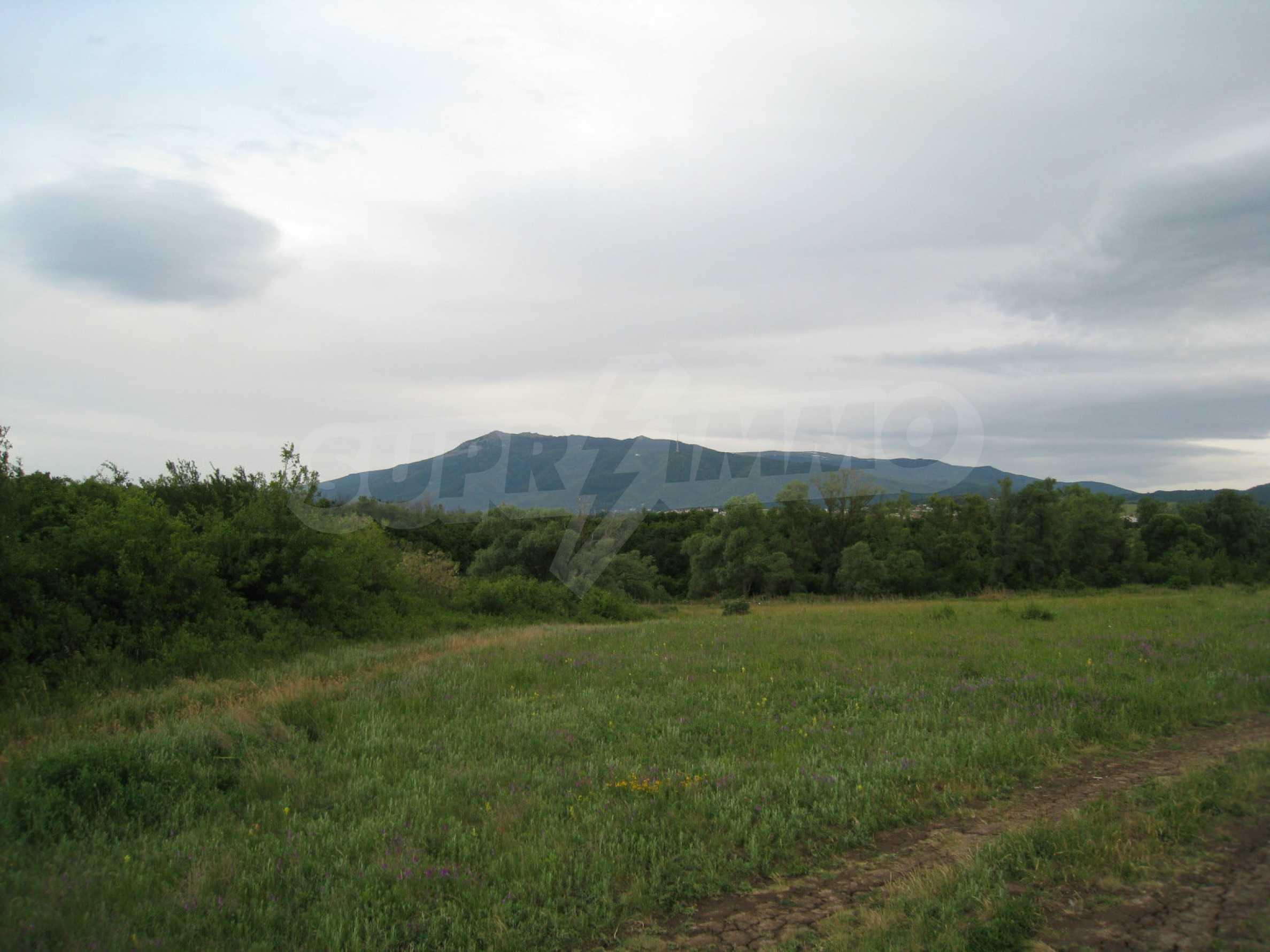 Ackerland in der Nähe eines Sees in Suhodol 5
