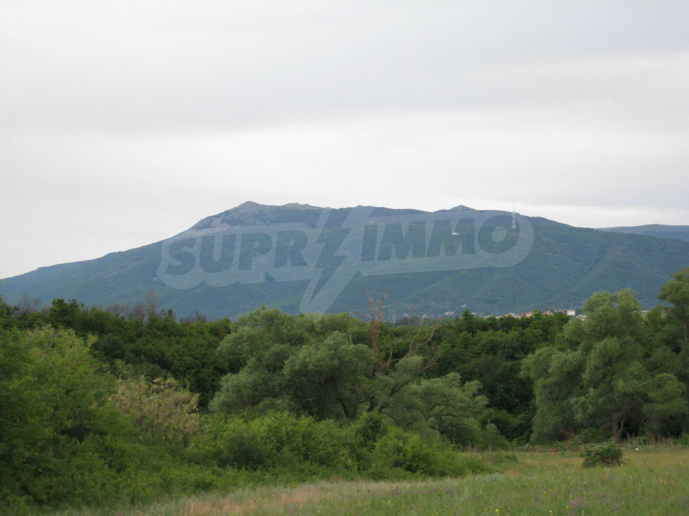 Ackerland in der Nähe eines Sees in Suhodol 6