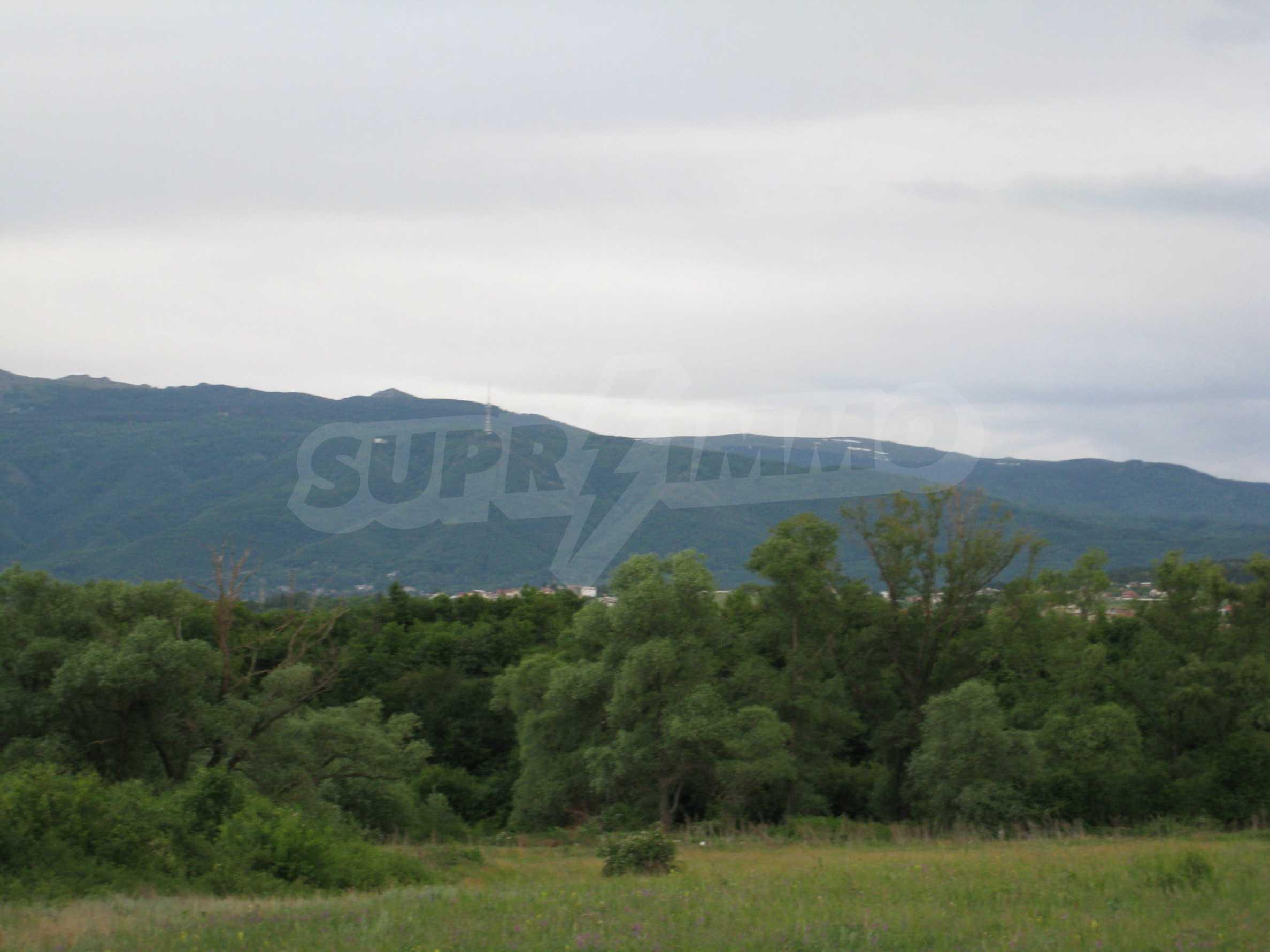 Ackerland in der Nähe eines Sees in Suhodol 7