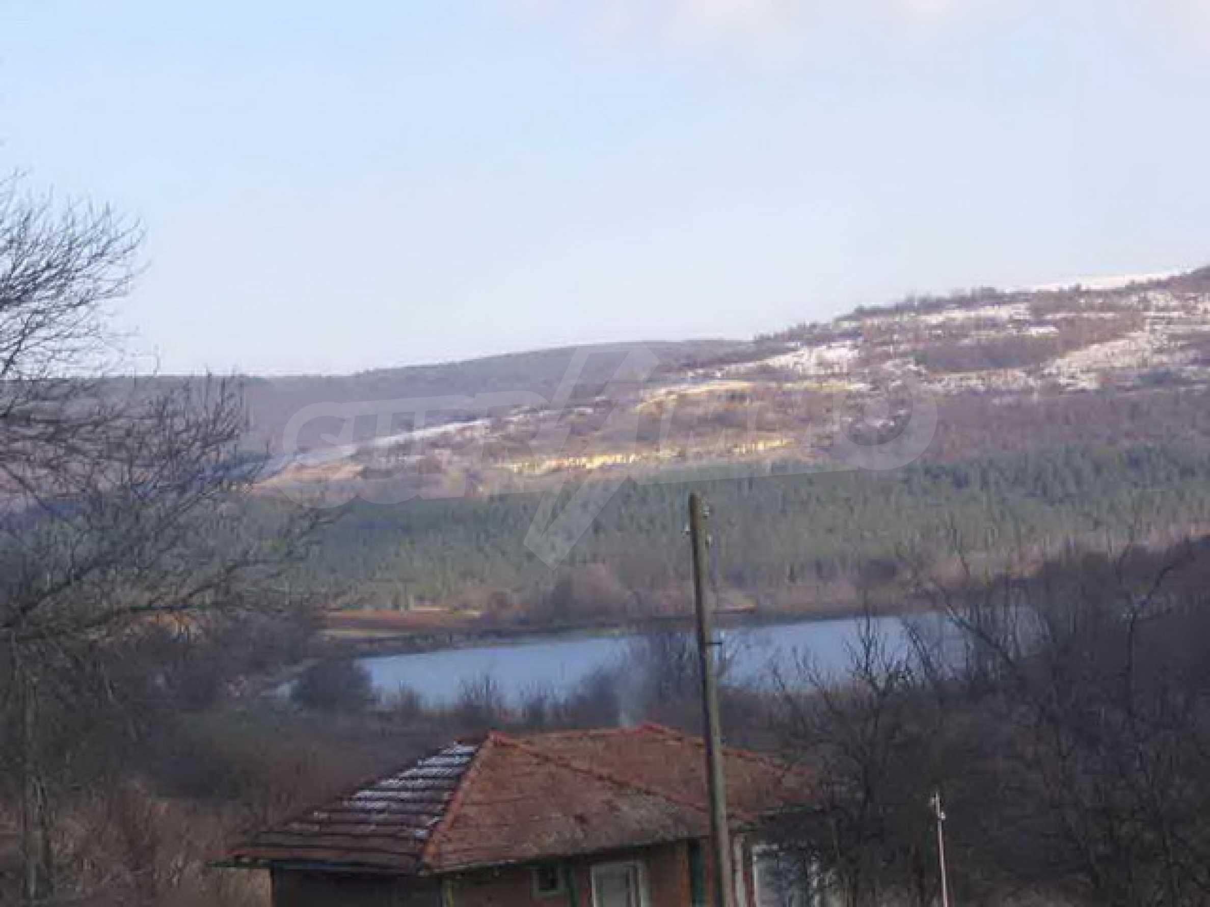 Grundstück in der Nähe eines kleinen Dammes 2
