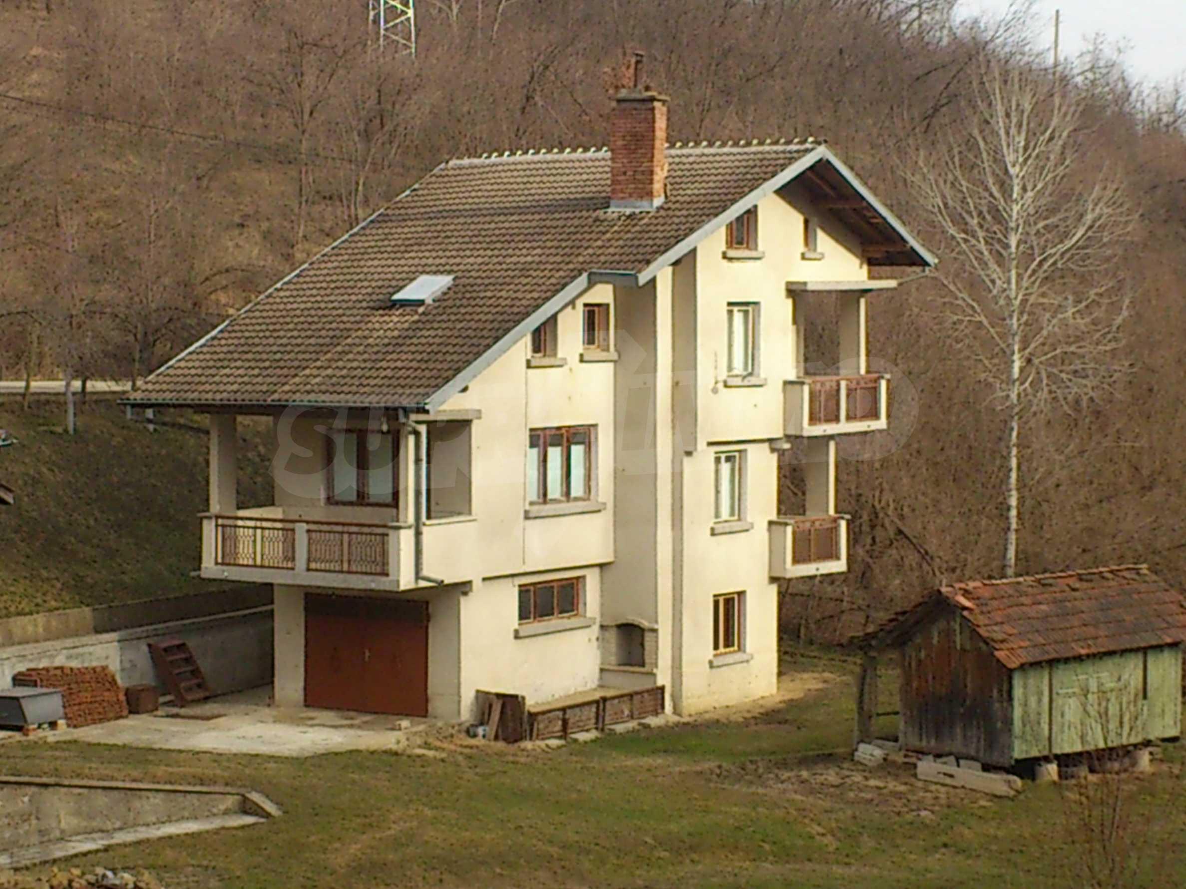 Dreistöckige Villa mit Garage am Flussufer und 32 km von Veliko Tarnovo entfernt