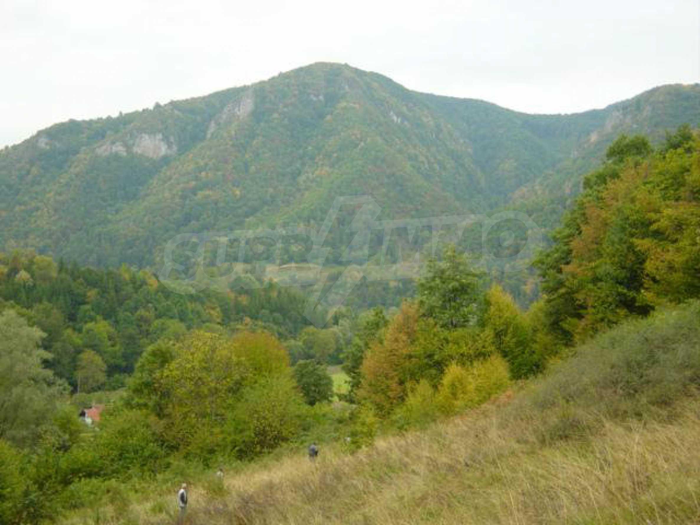 Ackerland inmitten der wunderschönen Natur des Teteven Balkan
