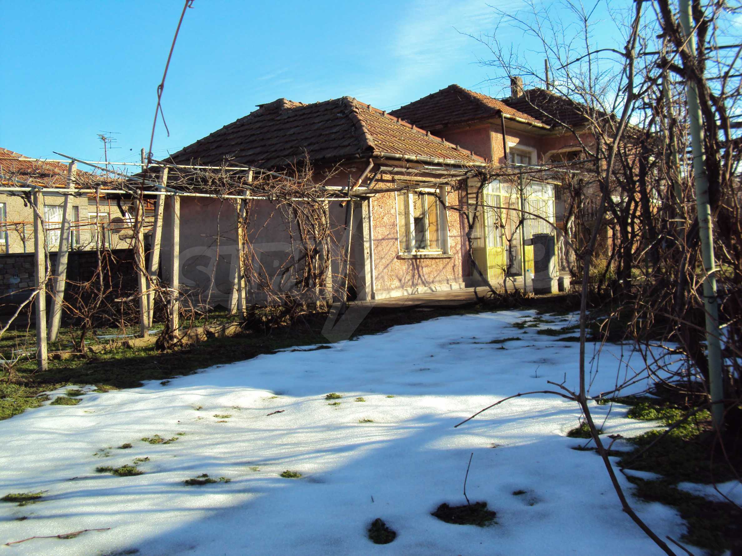Massives zweistöckiges Haus mit Garage 18