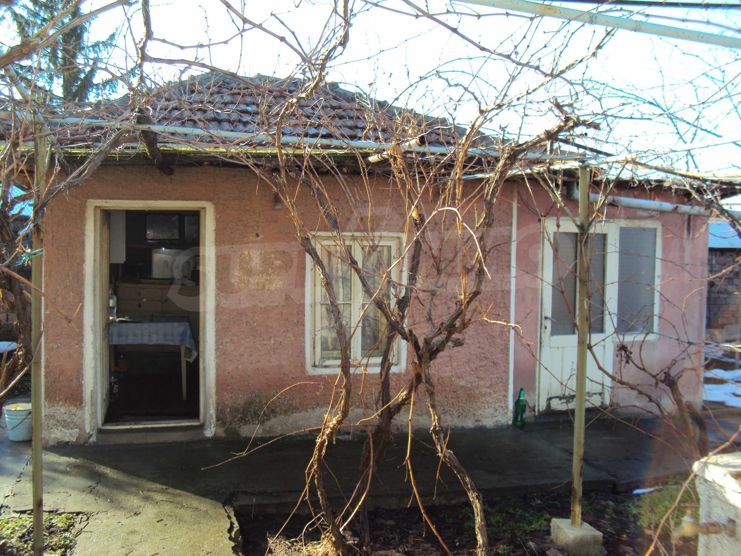Massives zweistöckiges Haus mit Garage 1