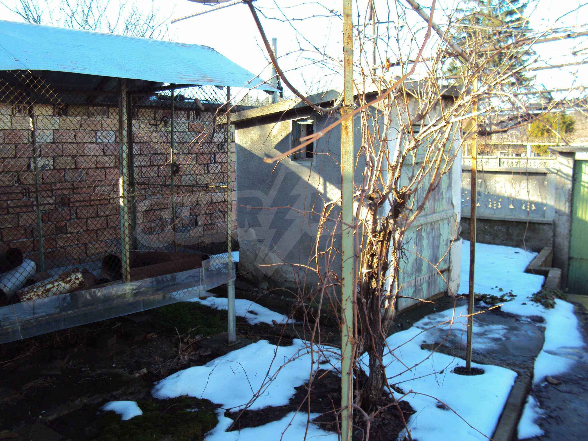 Massives zweistöckiges Haus mit Garage 21