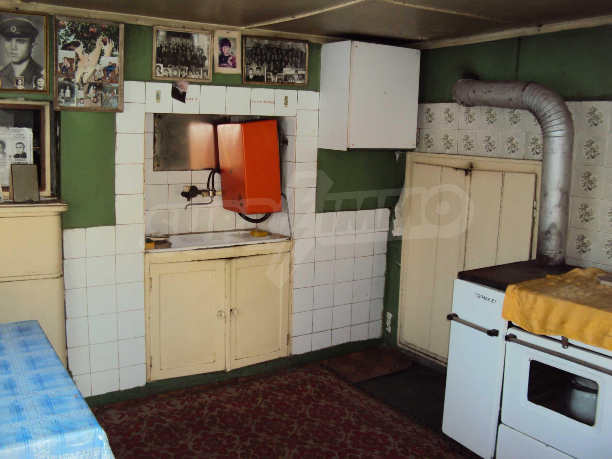 Massives zweistöckiges Haus mit Garage 2