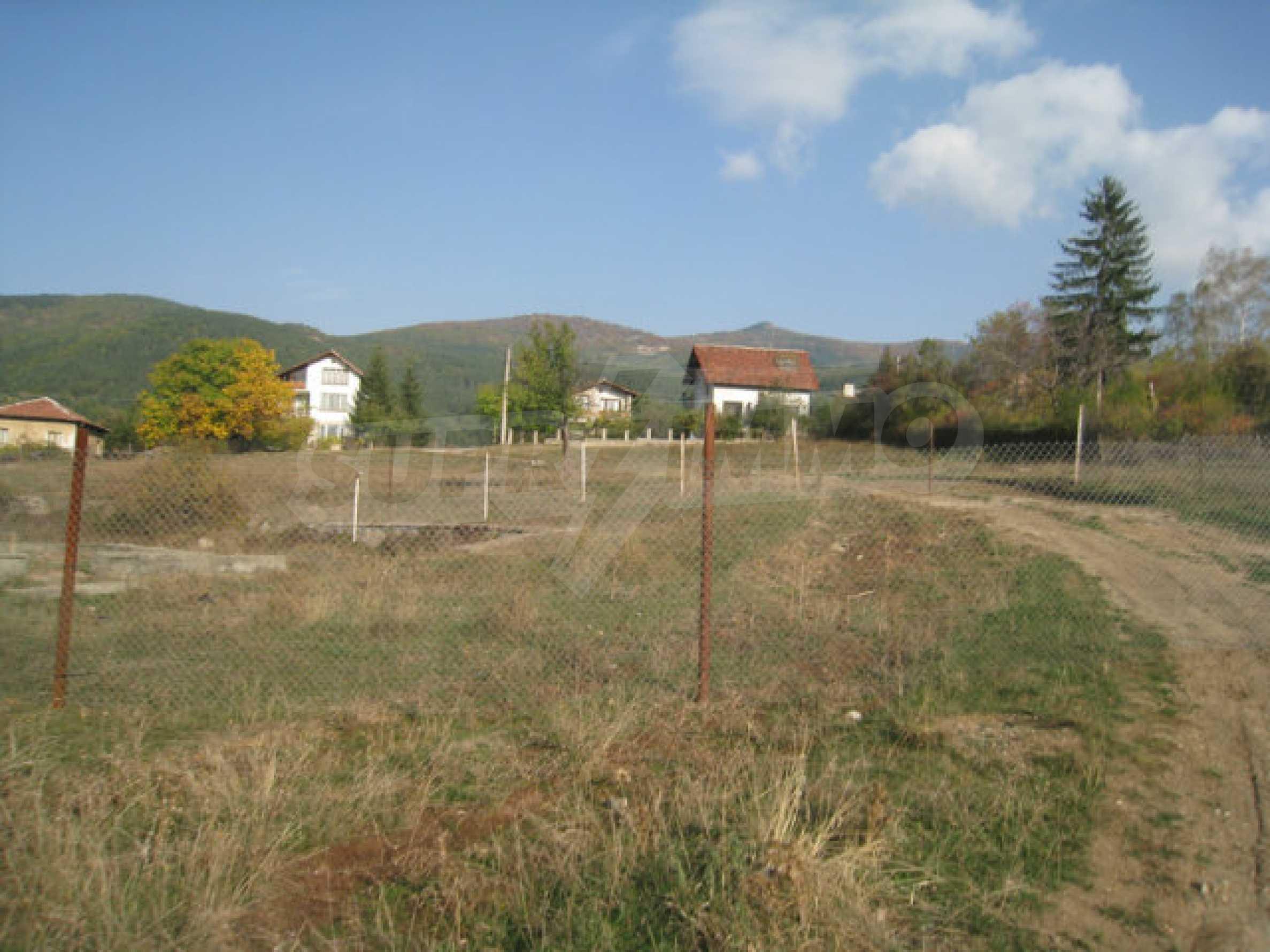 Reguliertes Grundstück im Zentrum eines malerischen Dorfes in der Nähe von Pernik und Sofia