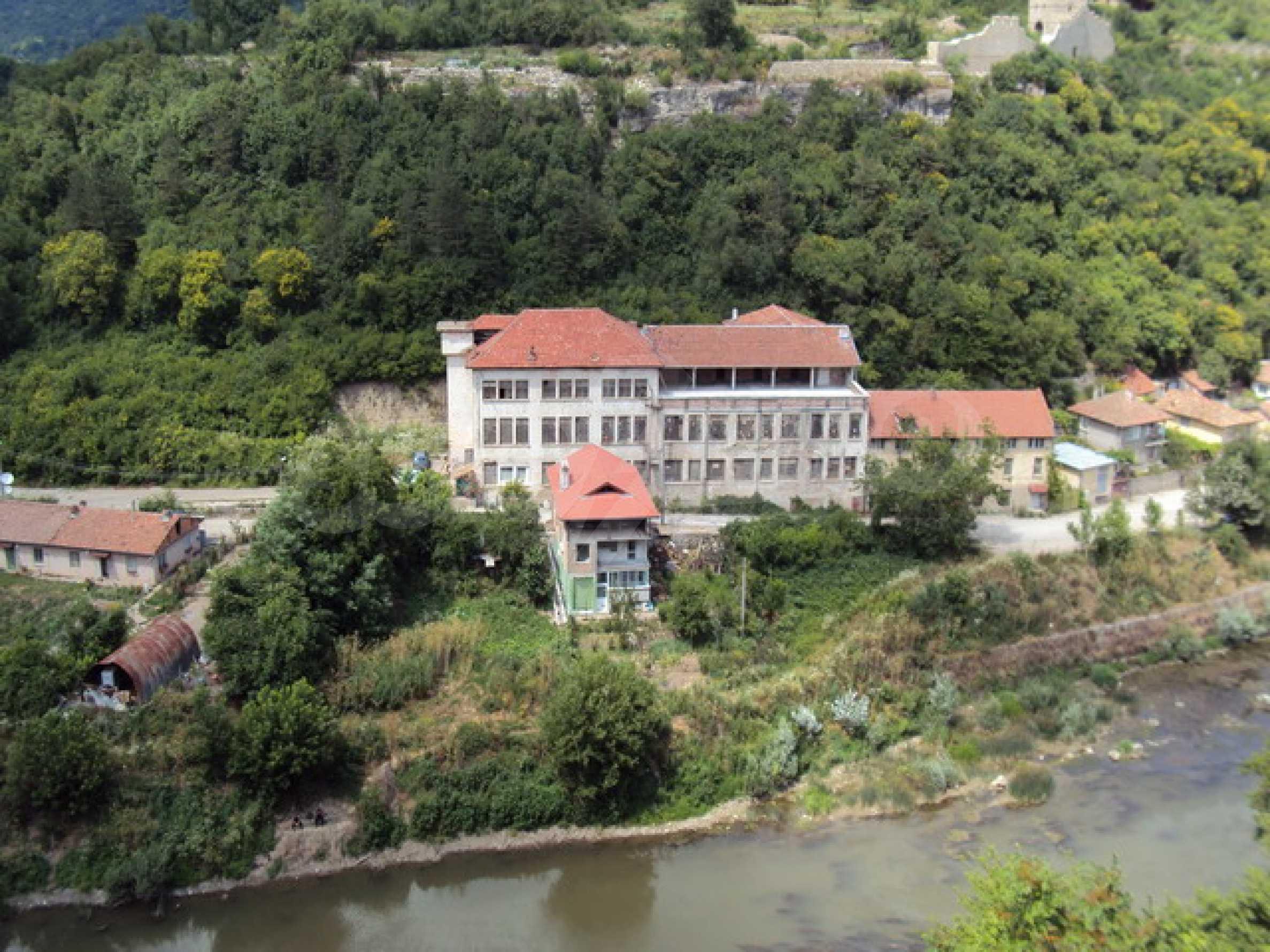 Уникальное здание на берегу реки Янтра, г. Велико Тырново