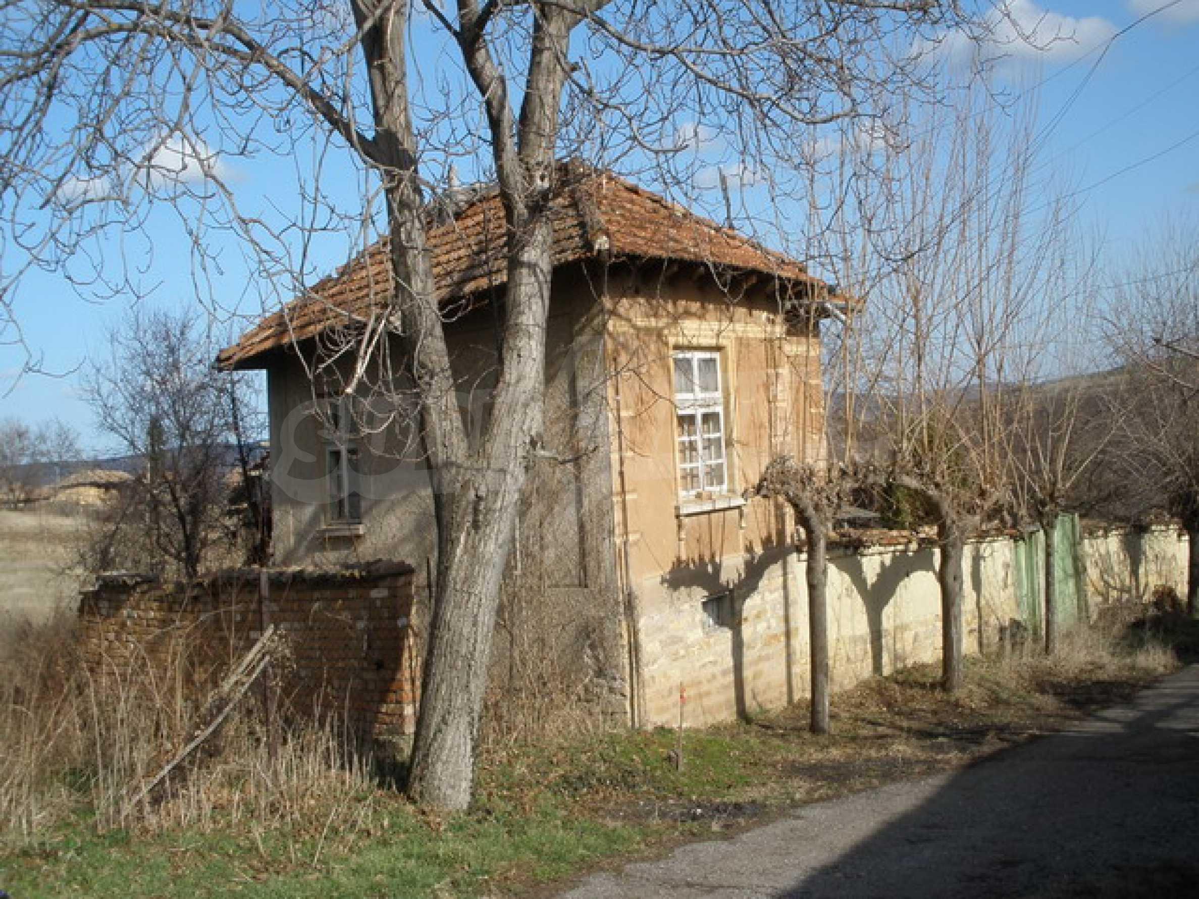 Двуетажна селска къща с двор от 1400 кв.м.