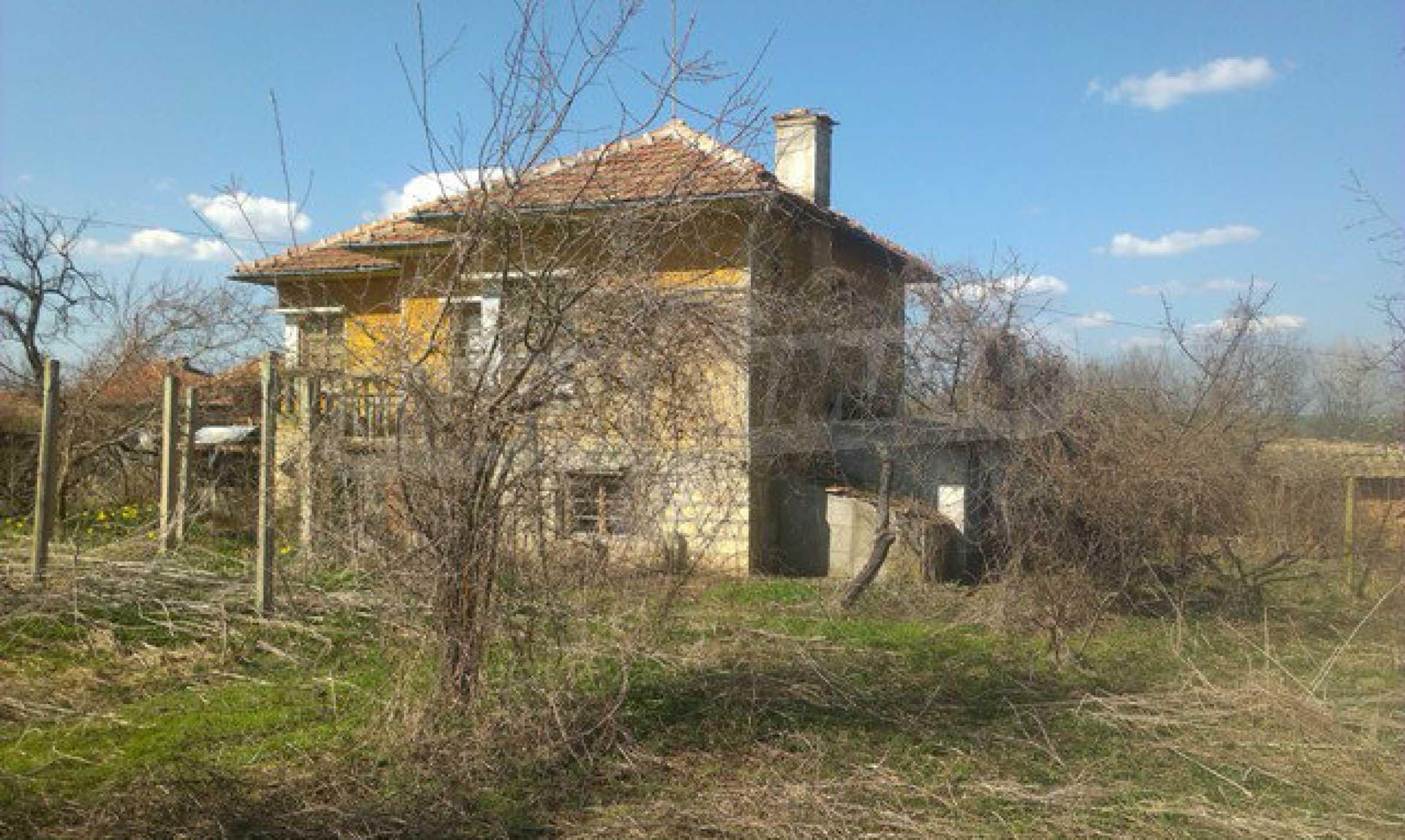 Двуетажна селска къща с двор от 1400 кв.м.  12