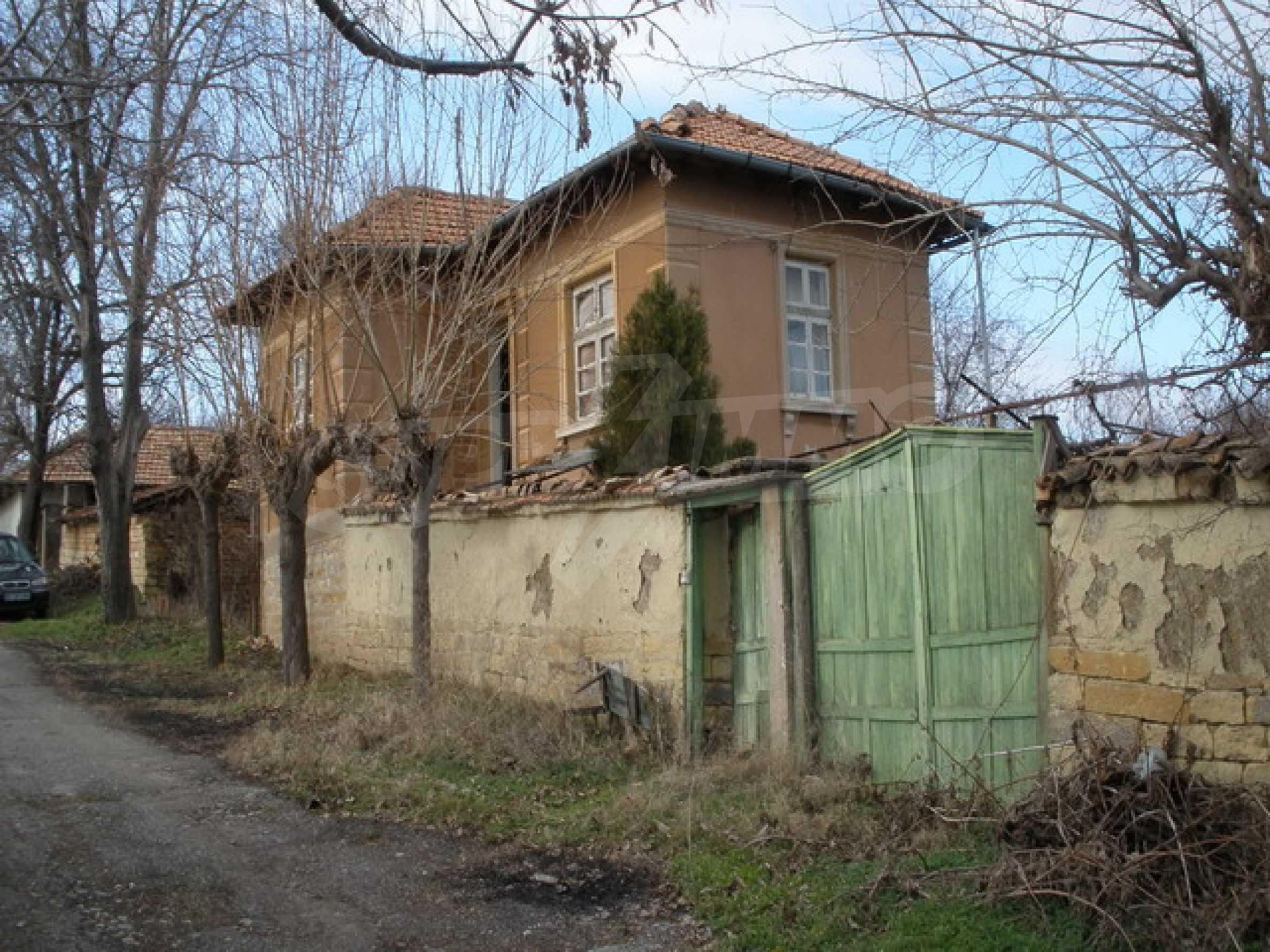 Двуетажна селска къща с двор от 1400 кв.м.  1