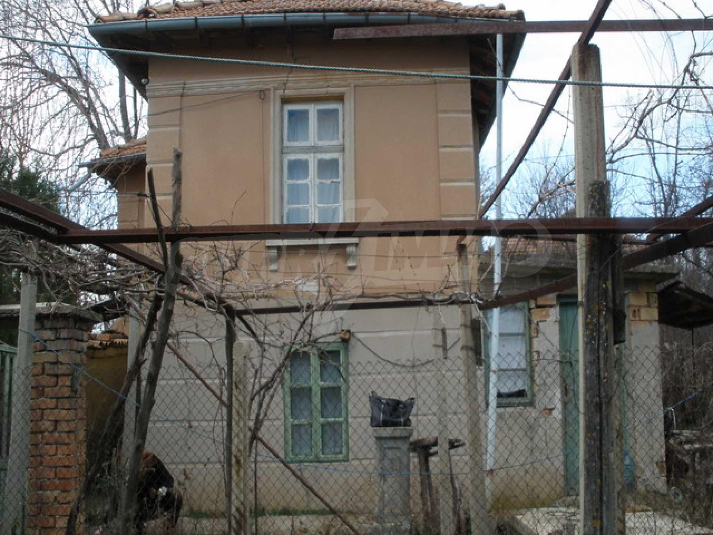 Двуетажна селска къща с двор от 1400 кв.м.  2