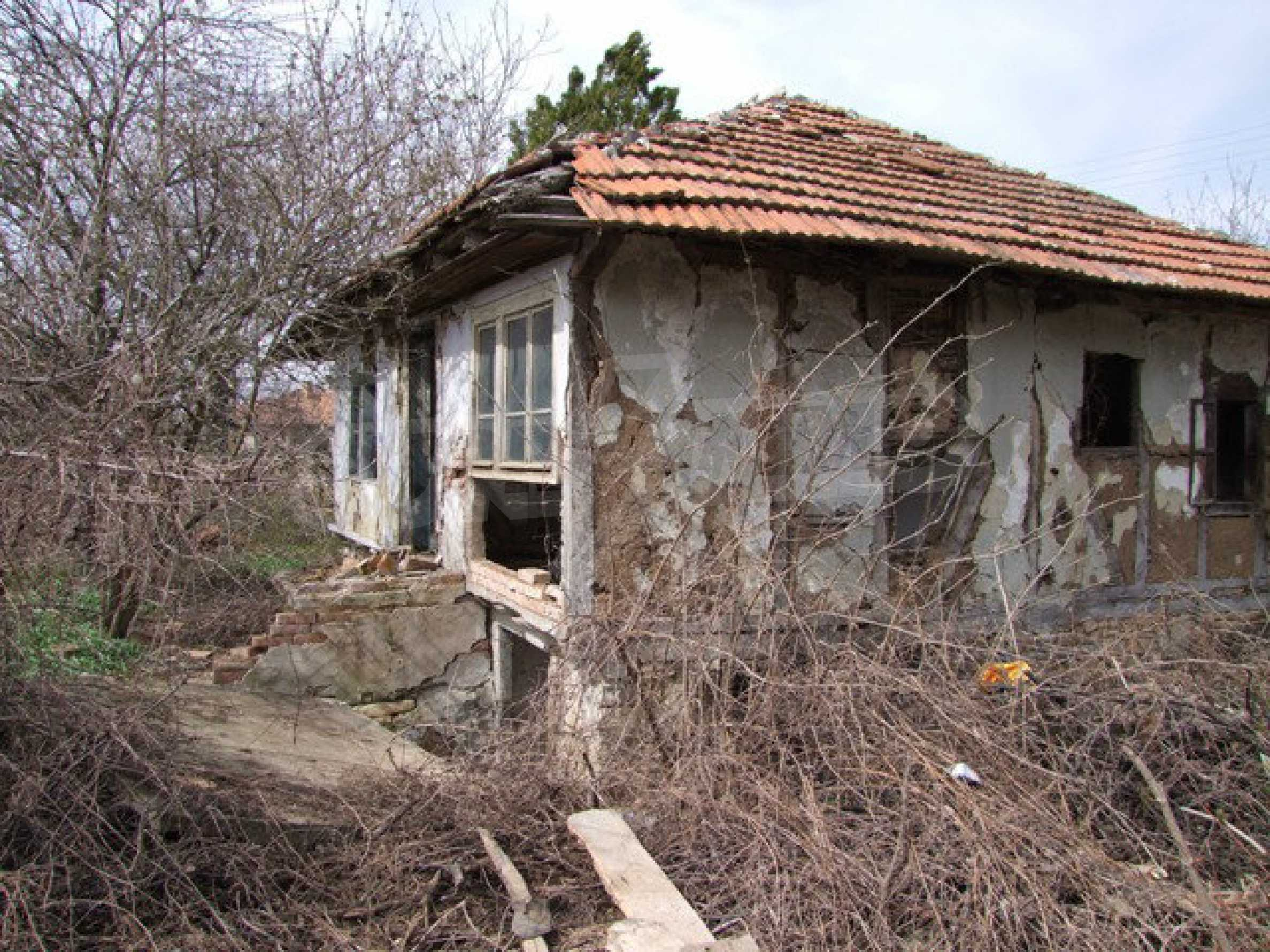 Old house for total renovation with a spacious yard  10