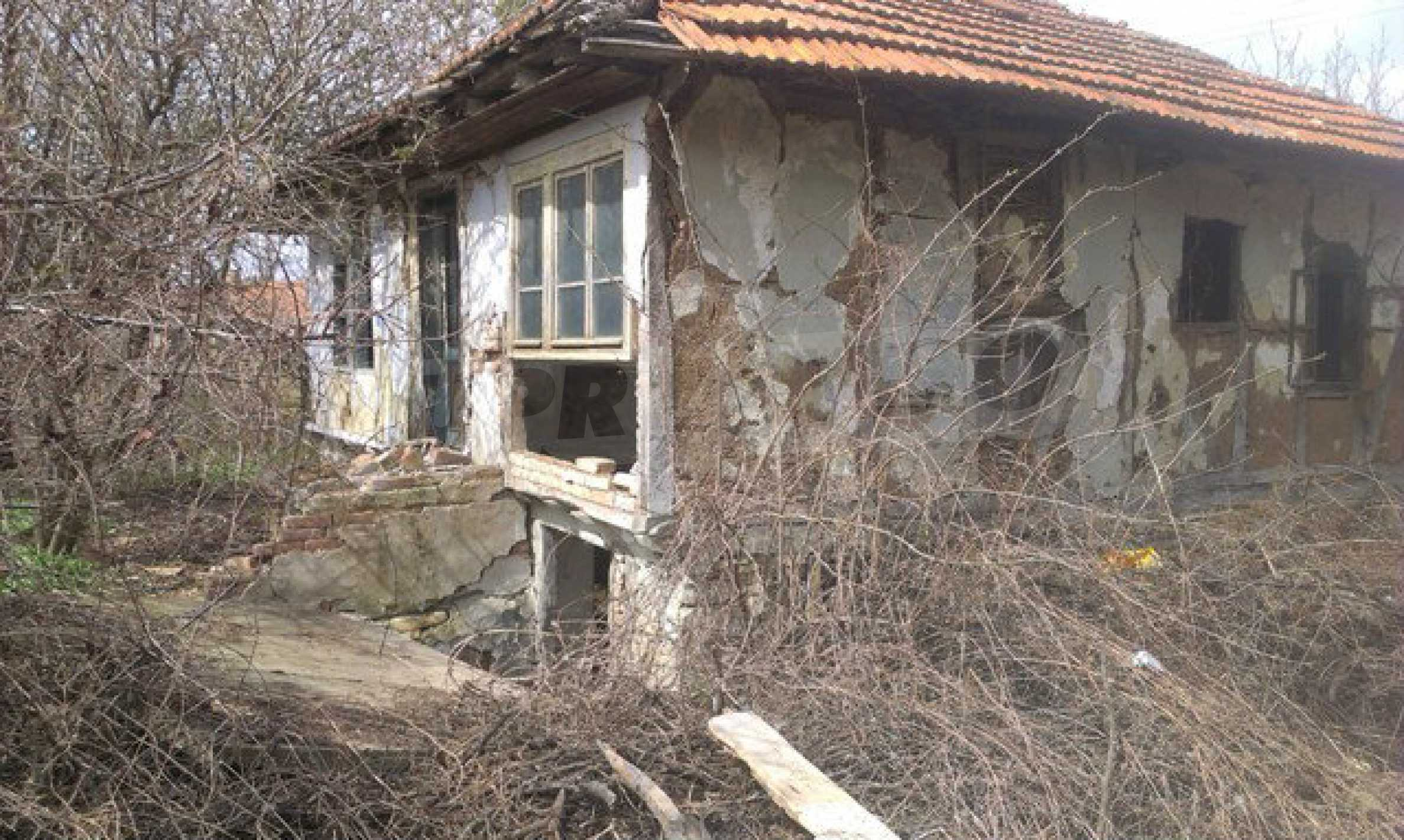 Old house for total renovation with a spacious yard  27