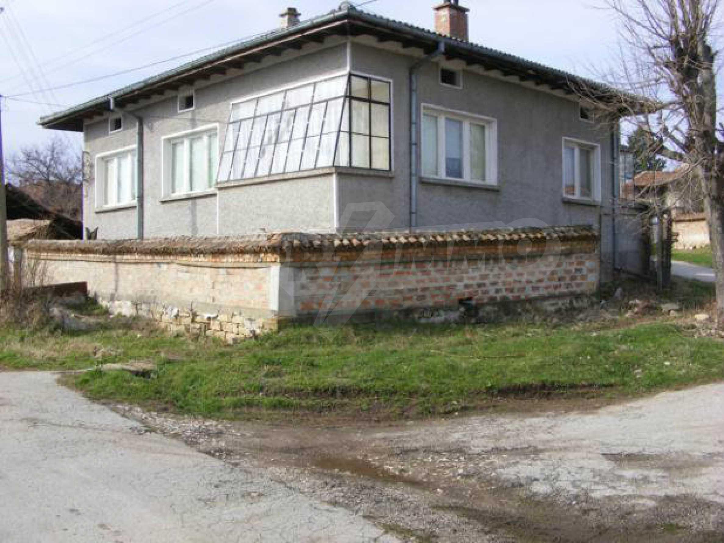 Großes zweistöckiges Backsteinhaus in einem Dorf 40 km von Veliko Tarnovo entfernt