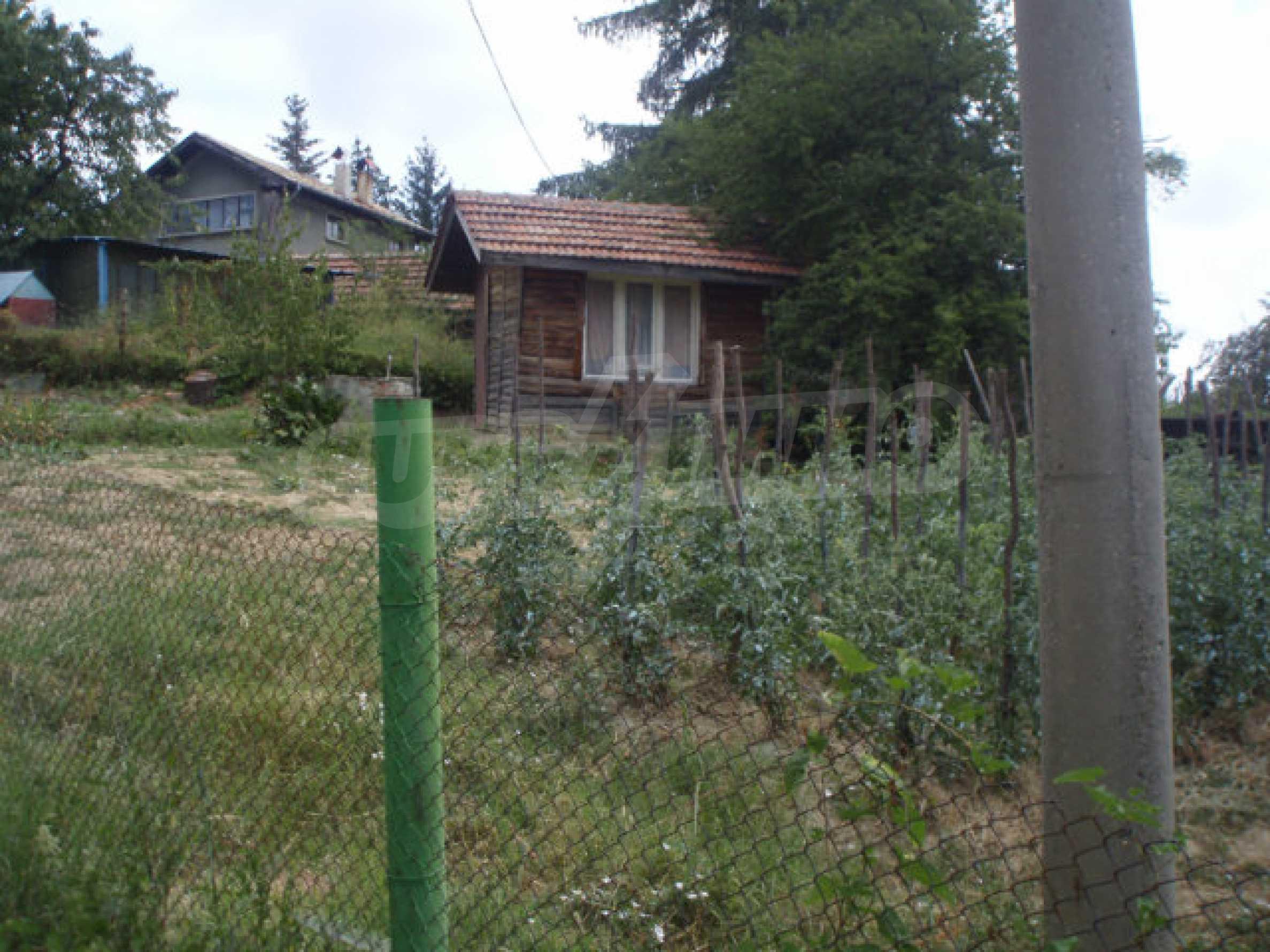 Schönes Grundstück mit einem kleinen Haus in einem sehr beliebten Dorf