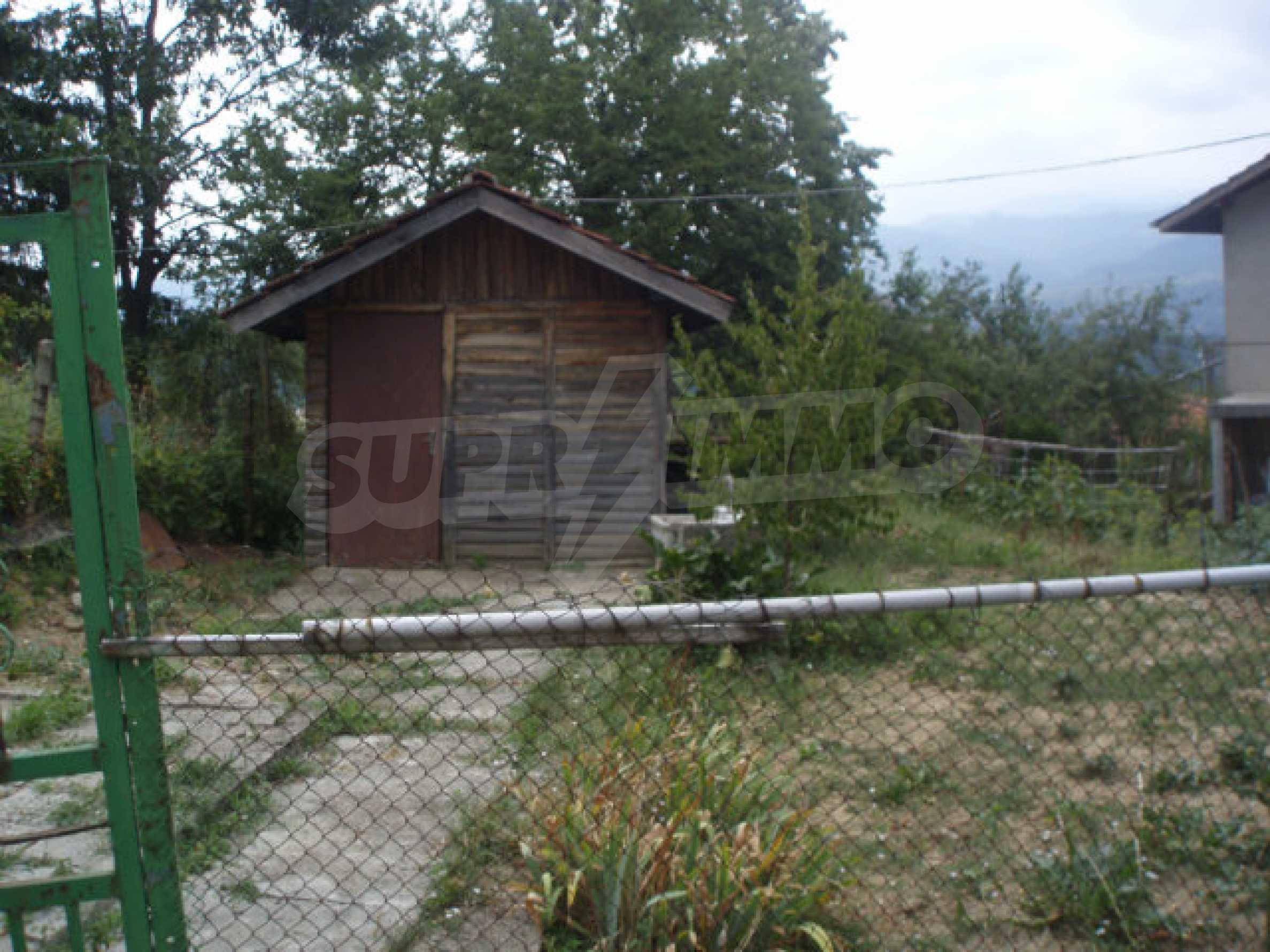 Schönes Grundstück mit einem kleinen Haus in einem sehr beliebten Dorf 1