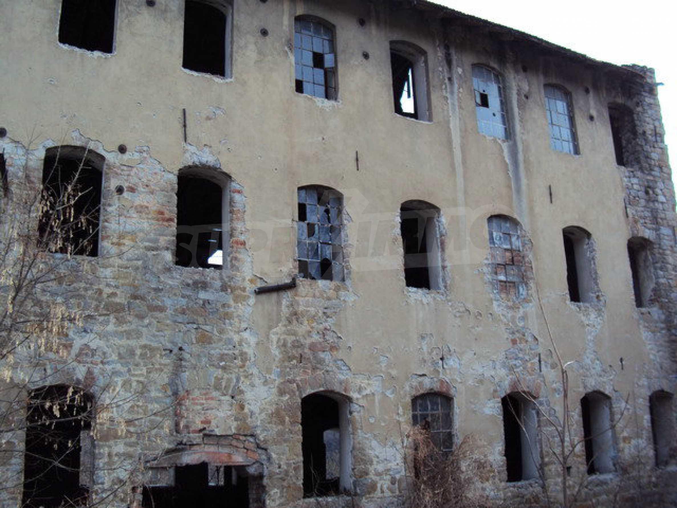 Grundstück mit Altbau auf dem Territorium der alten Militärschule in Veliko Tarnovo 1