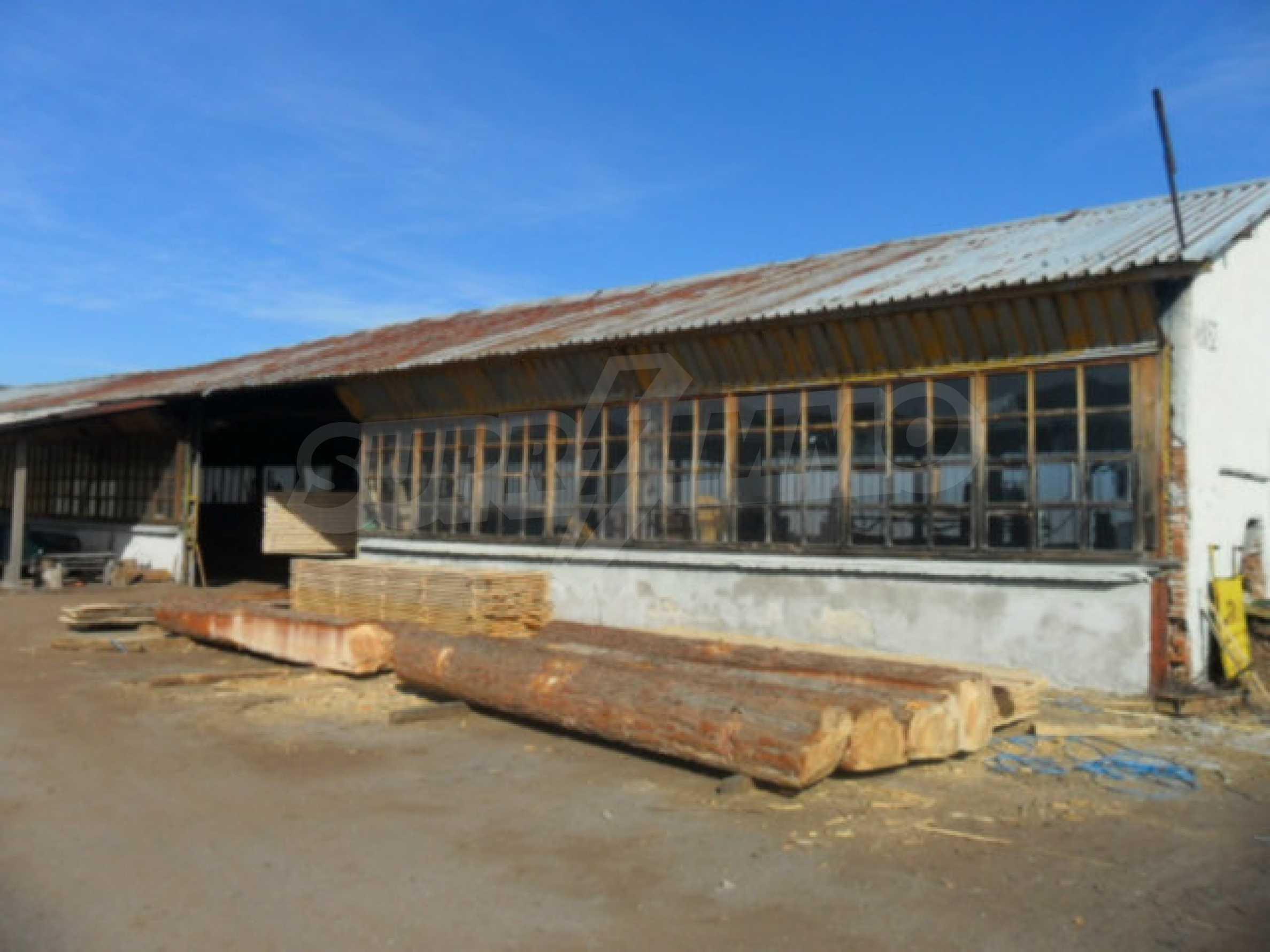Industriegebäude mit Gelände 1