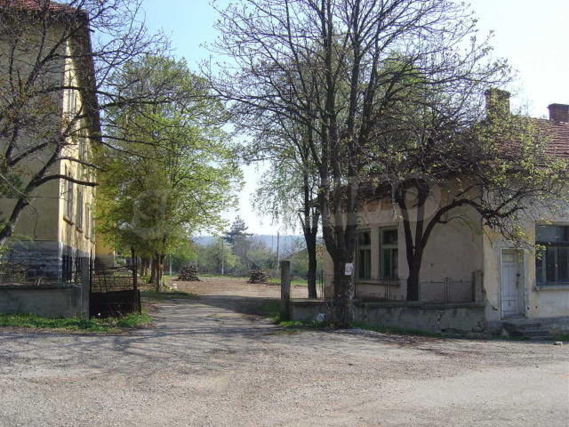 Училищна сграда в центъра на живописно село 9