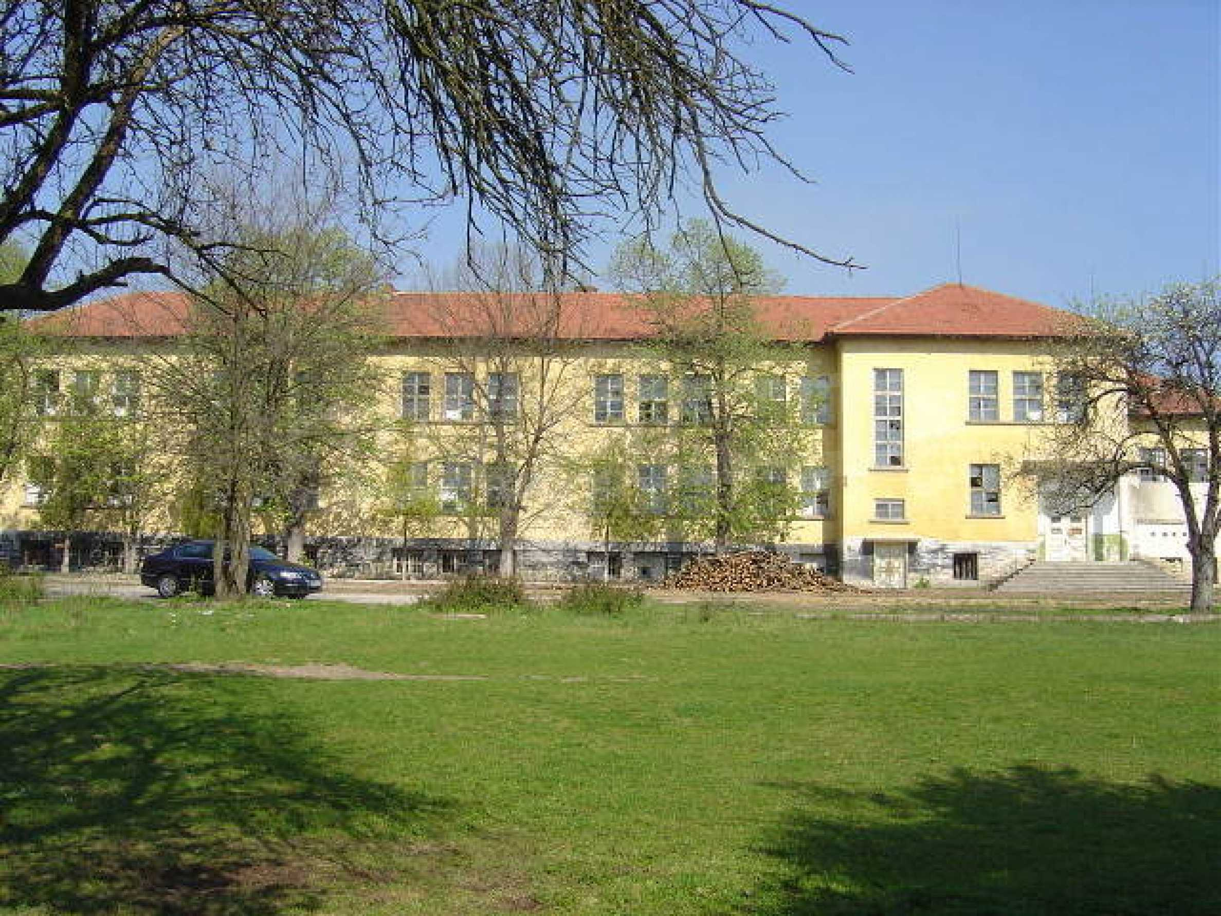 Училищна сграда в центъра на живописно село 1