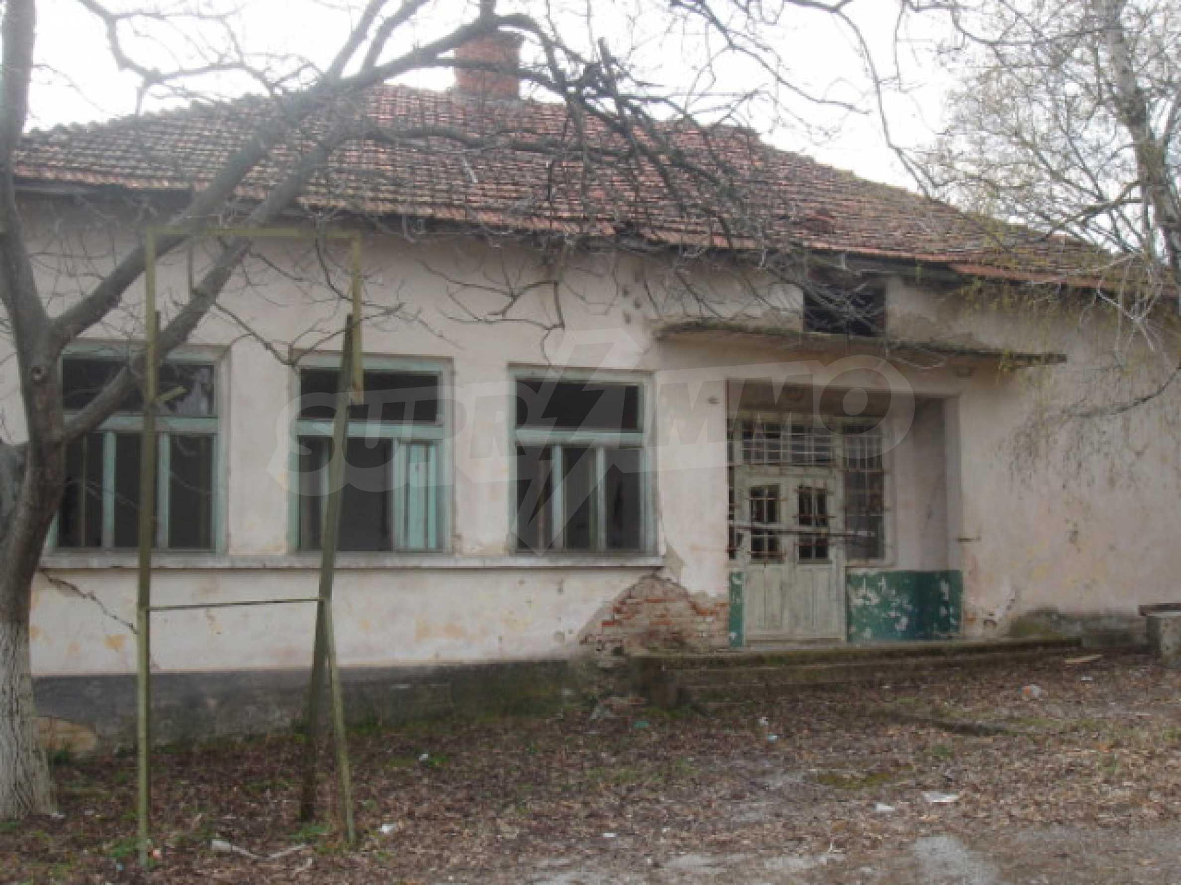 Училищна сграда в центъра на живописно село 7