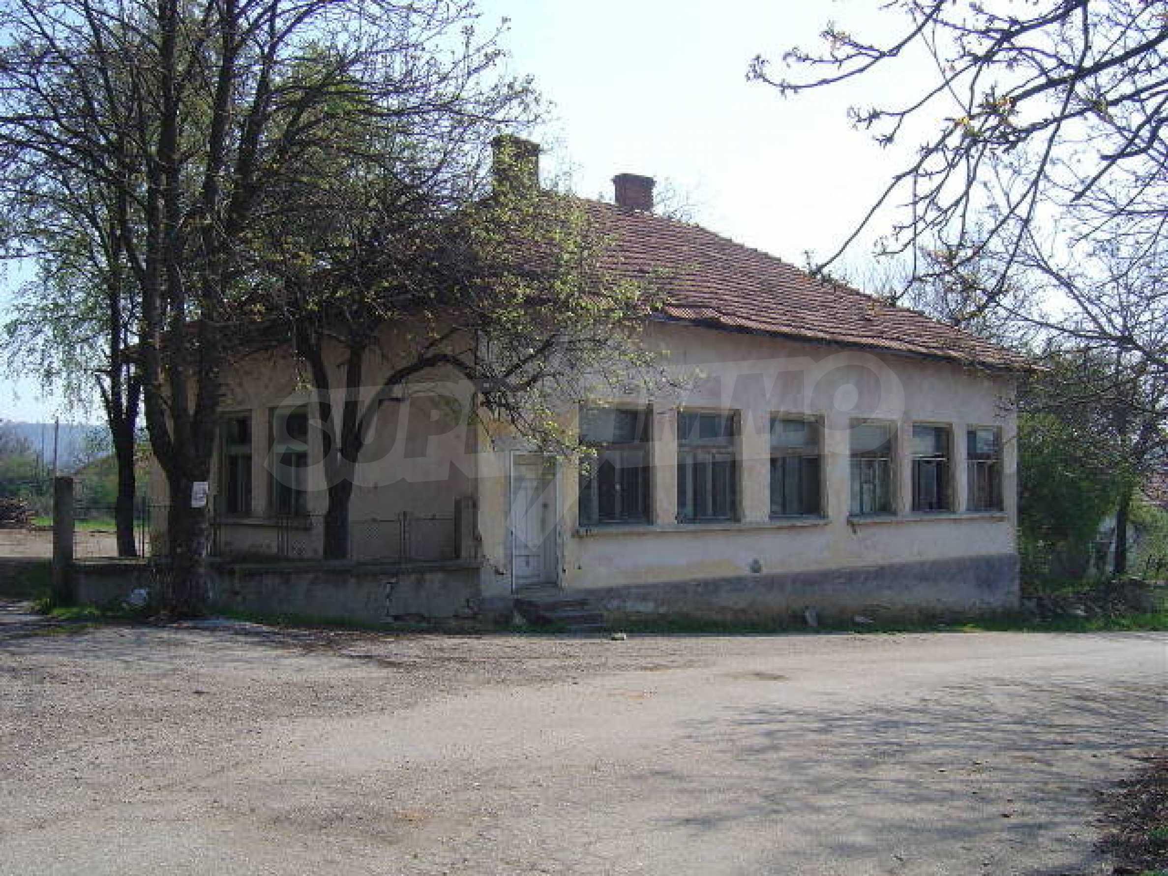 Училищна сграда в центъра на живописно село 8