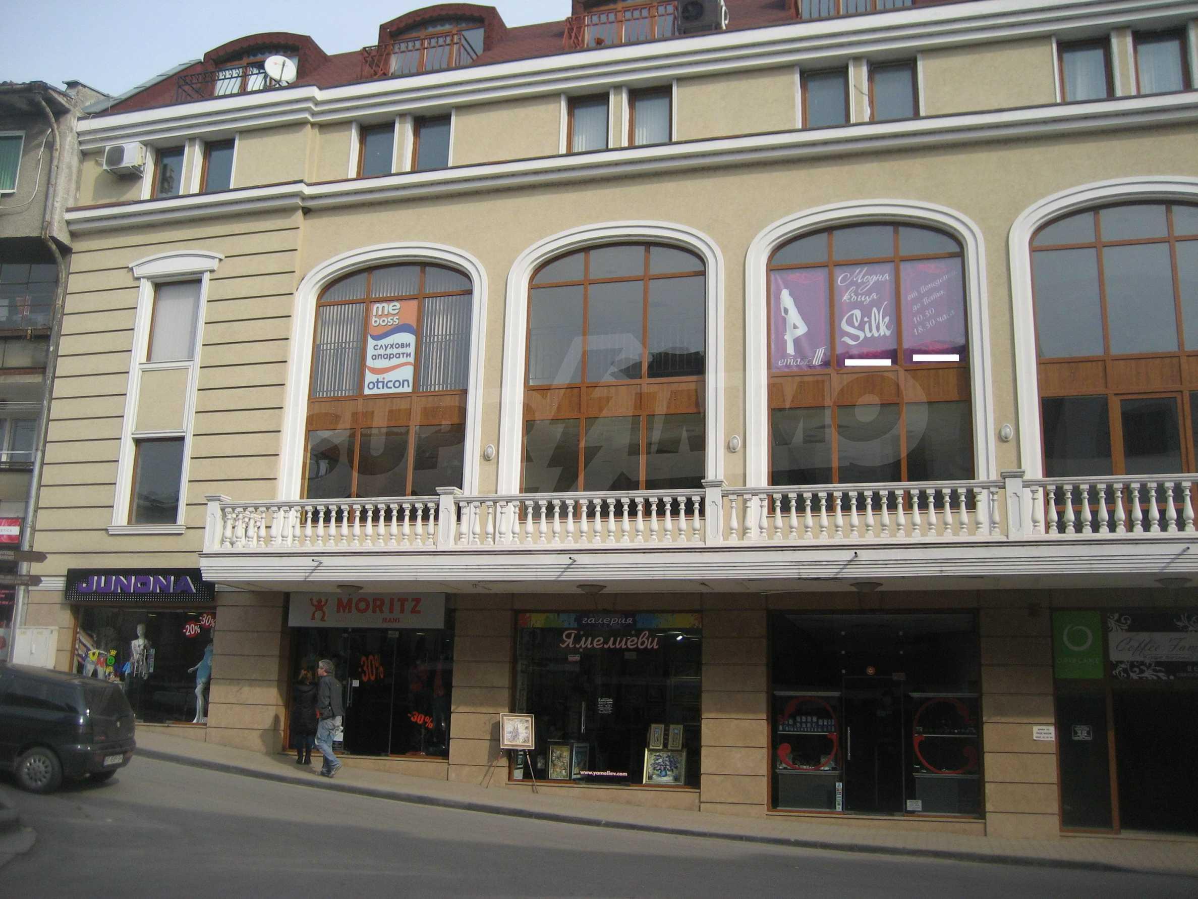 Kaufen Sie in einem Einkaufskomplex im Zentrum von Veliko Tarnovo ein 10