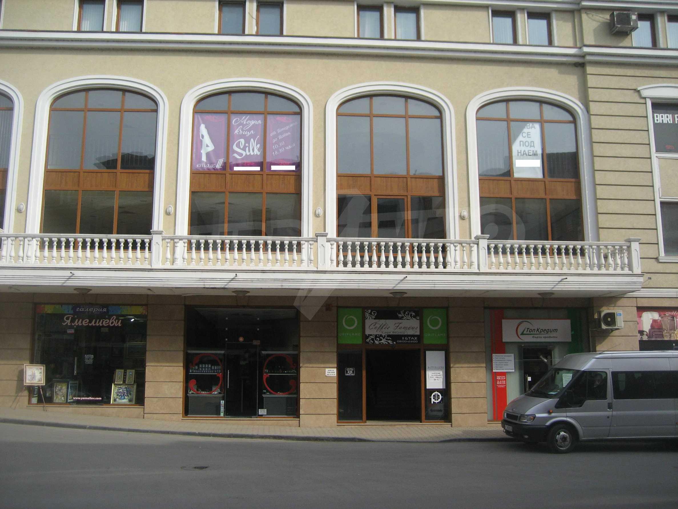 Kaufen Sie in einem Einkaufskomplex im Zentrum von Veliko Tarnovo ein 11