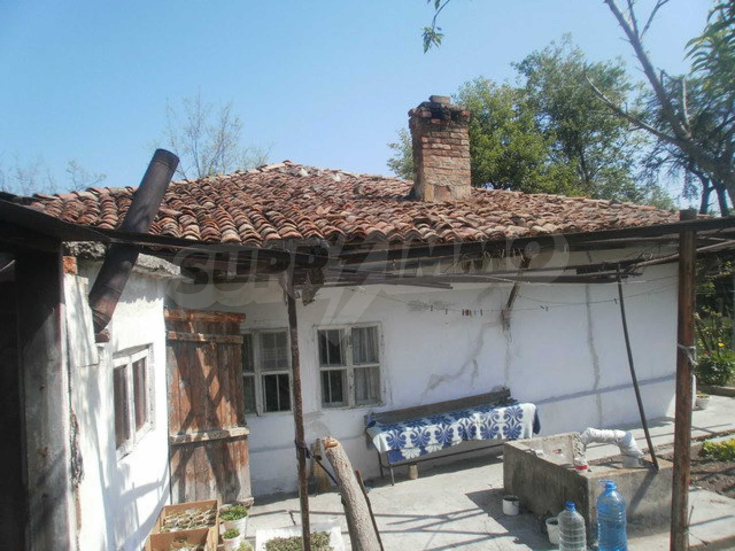 Town house with a yard on the river bank in Elena 9