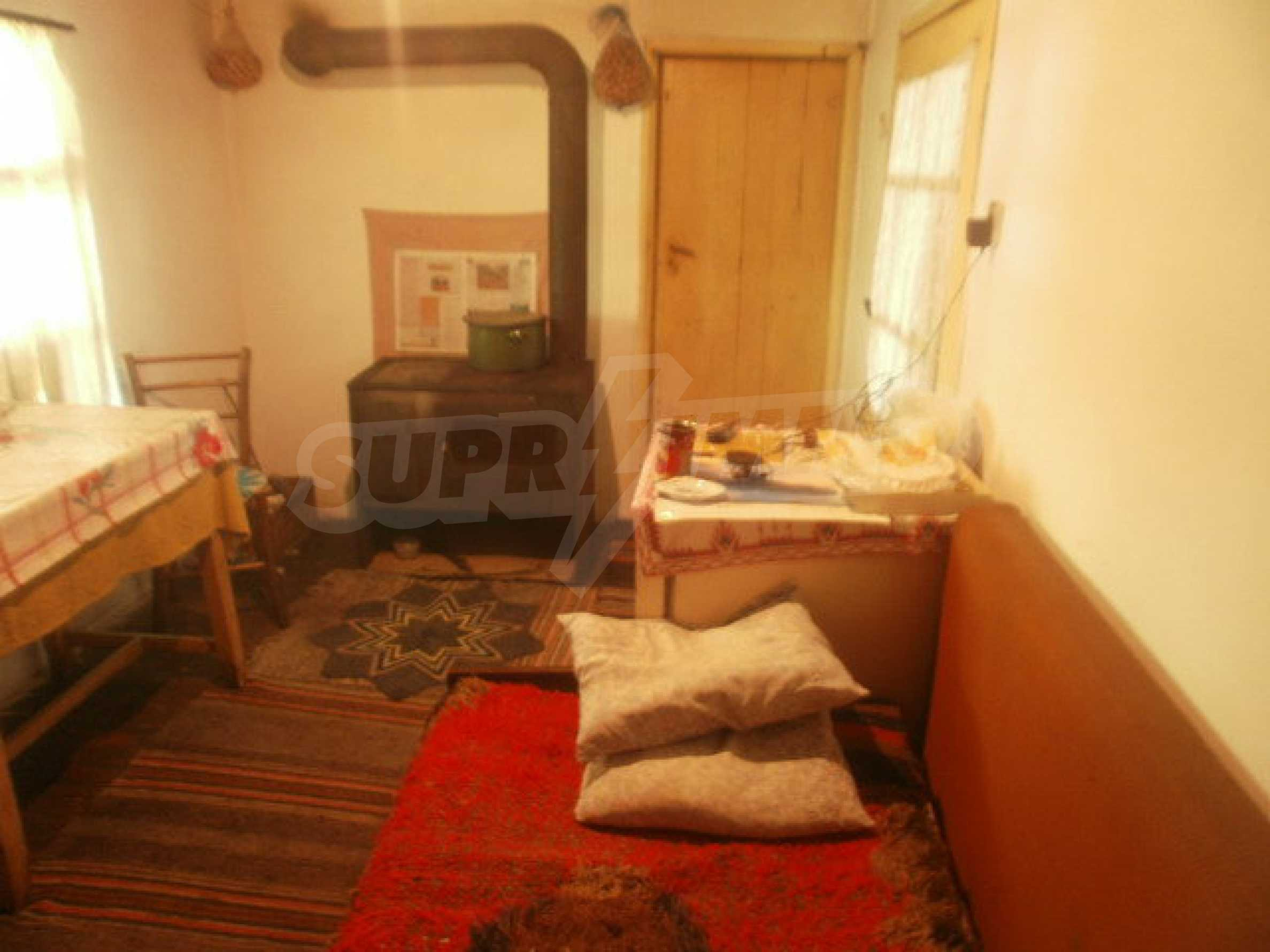 Town house with a yard on the river bank in Elena 15