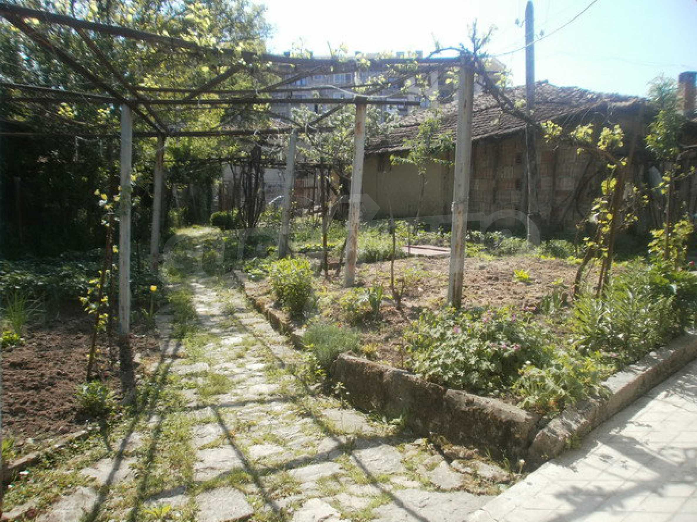 Town house with a yard on the river bank in Elena 17