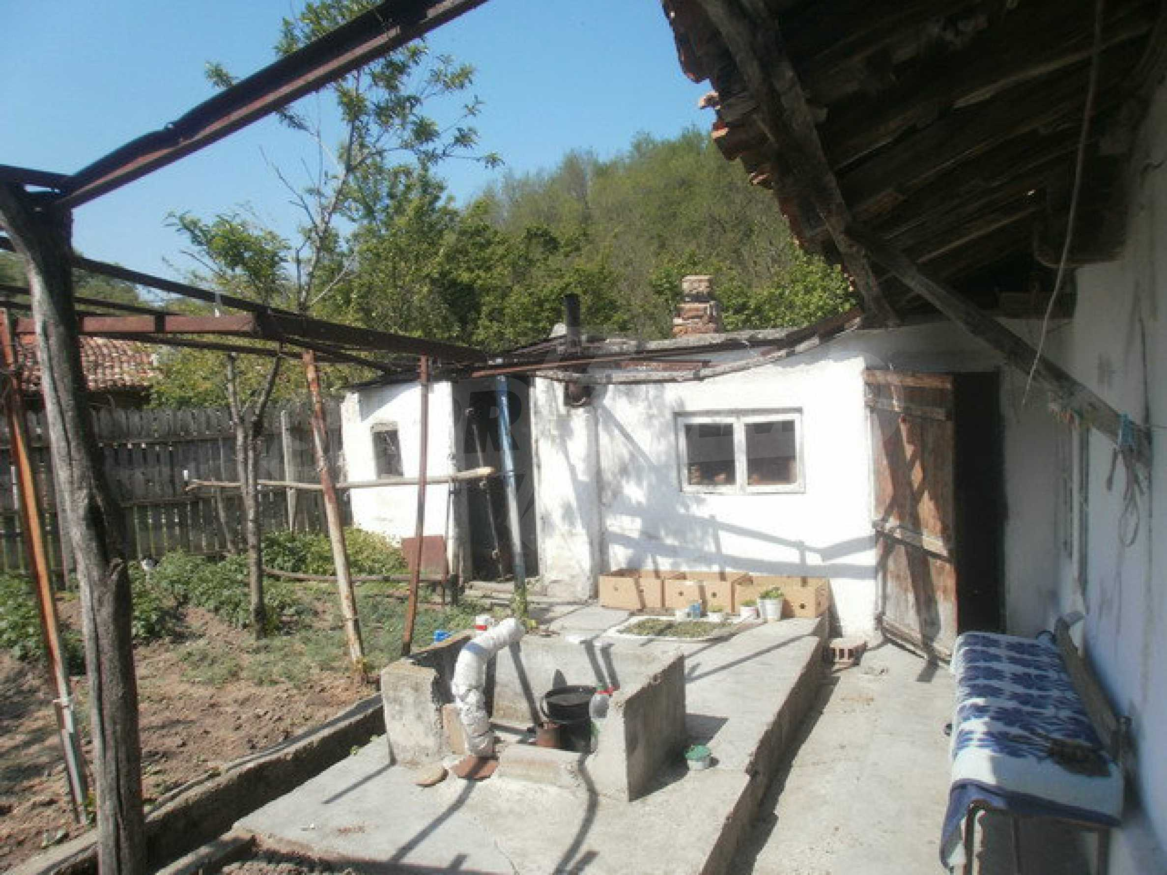 Town house with a yard on the river bank in Elena 23