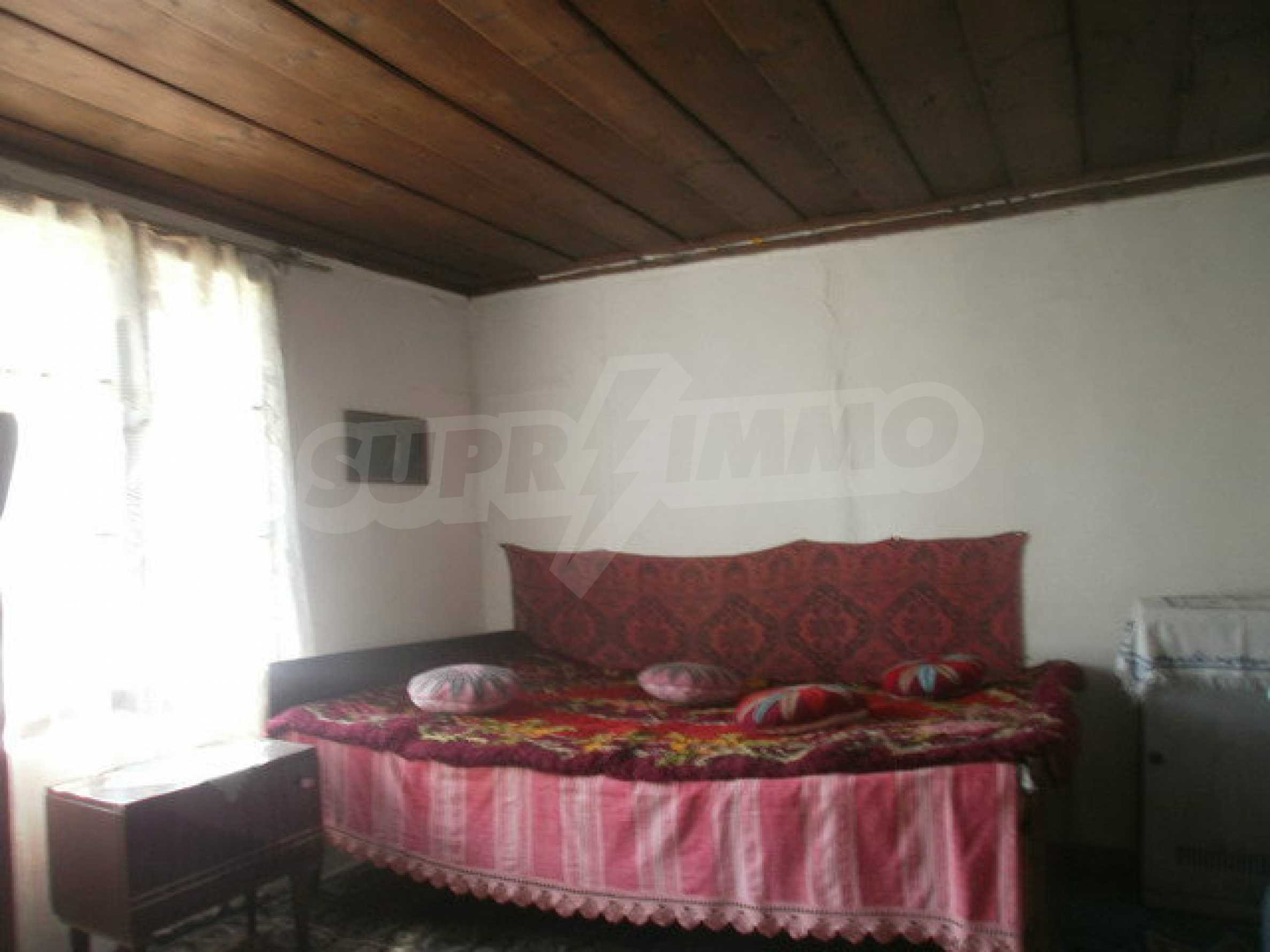 Town house with a yard on the river bank in Elena 2