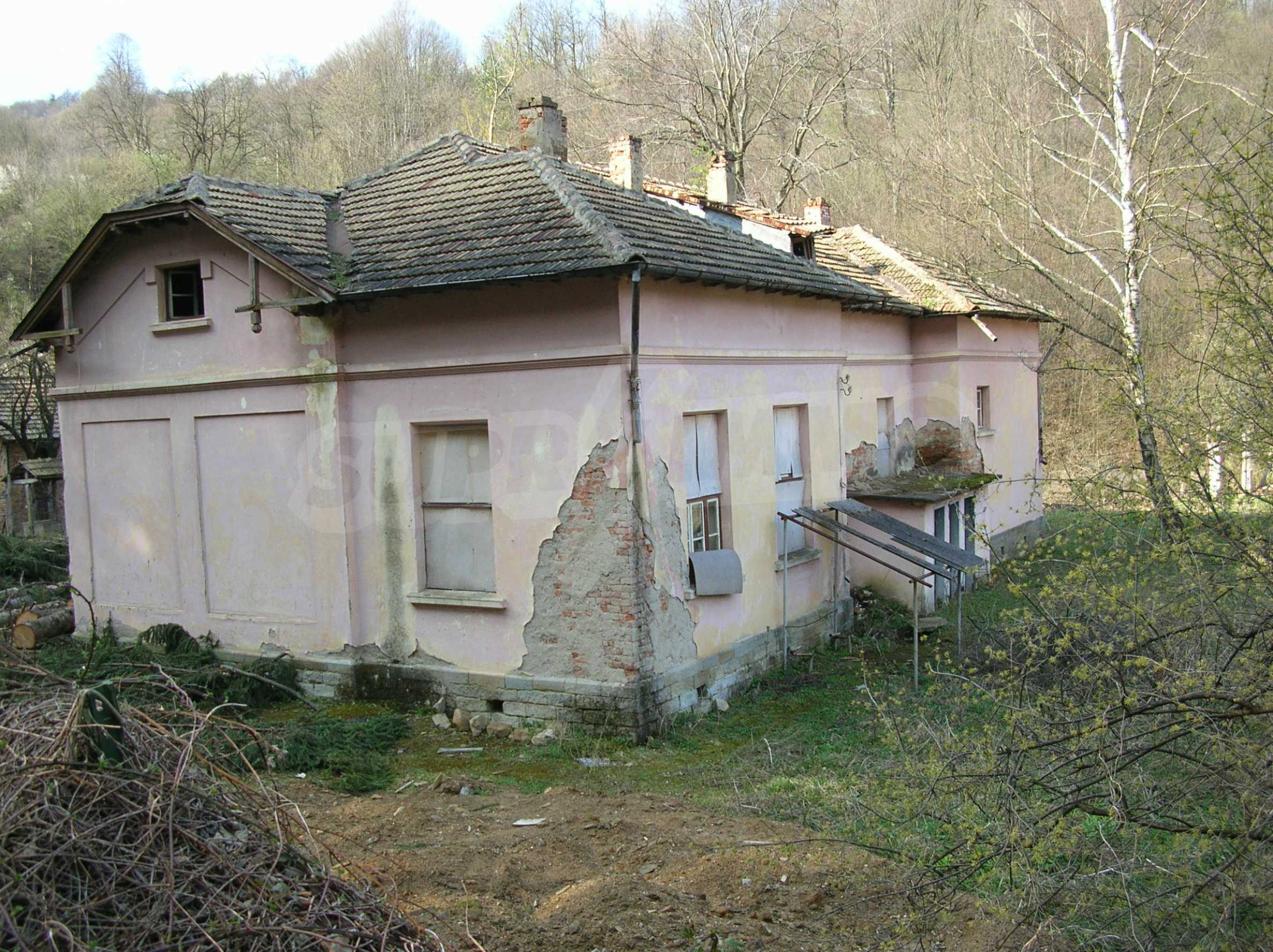 Massives Gebäude in einem Dorf in der Nähe von Trjawna 2