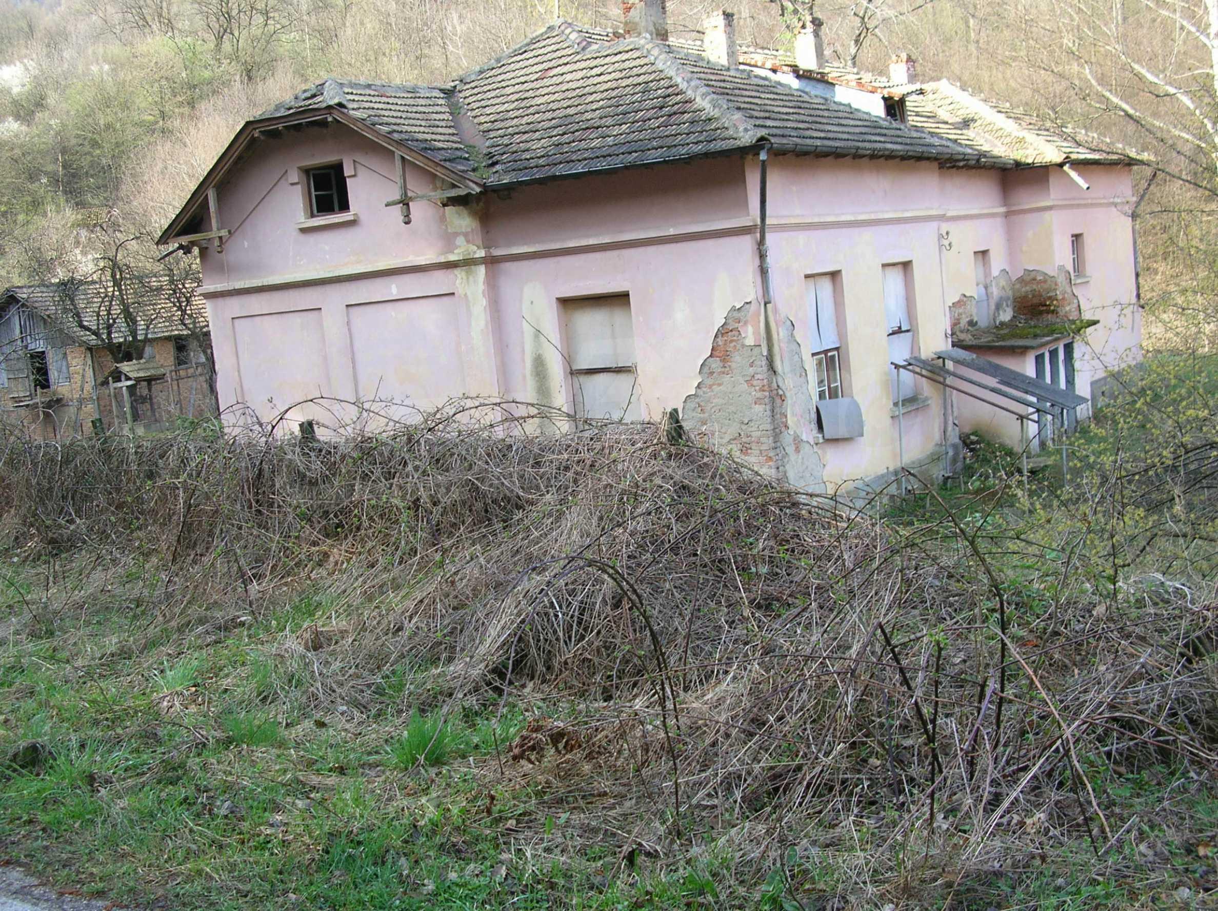 Massives Gebäude in einem Dorf in der Nähe von Trjawna 3