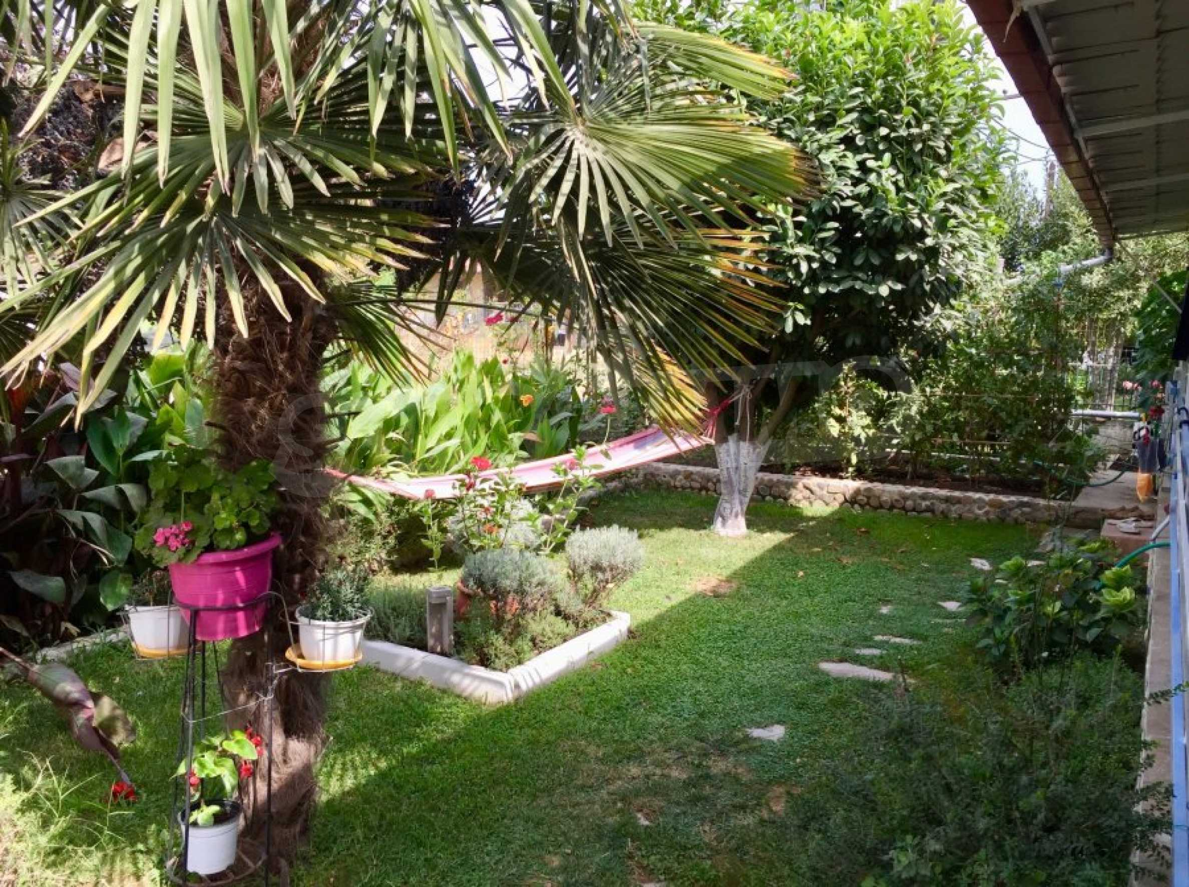 Къща с две спални и прекрасна градина 1