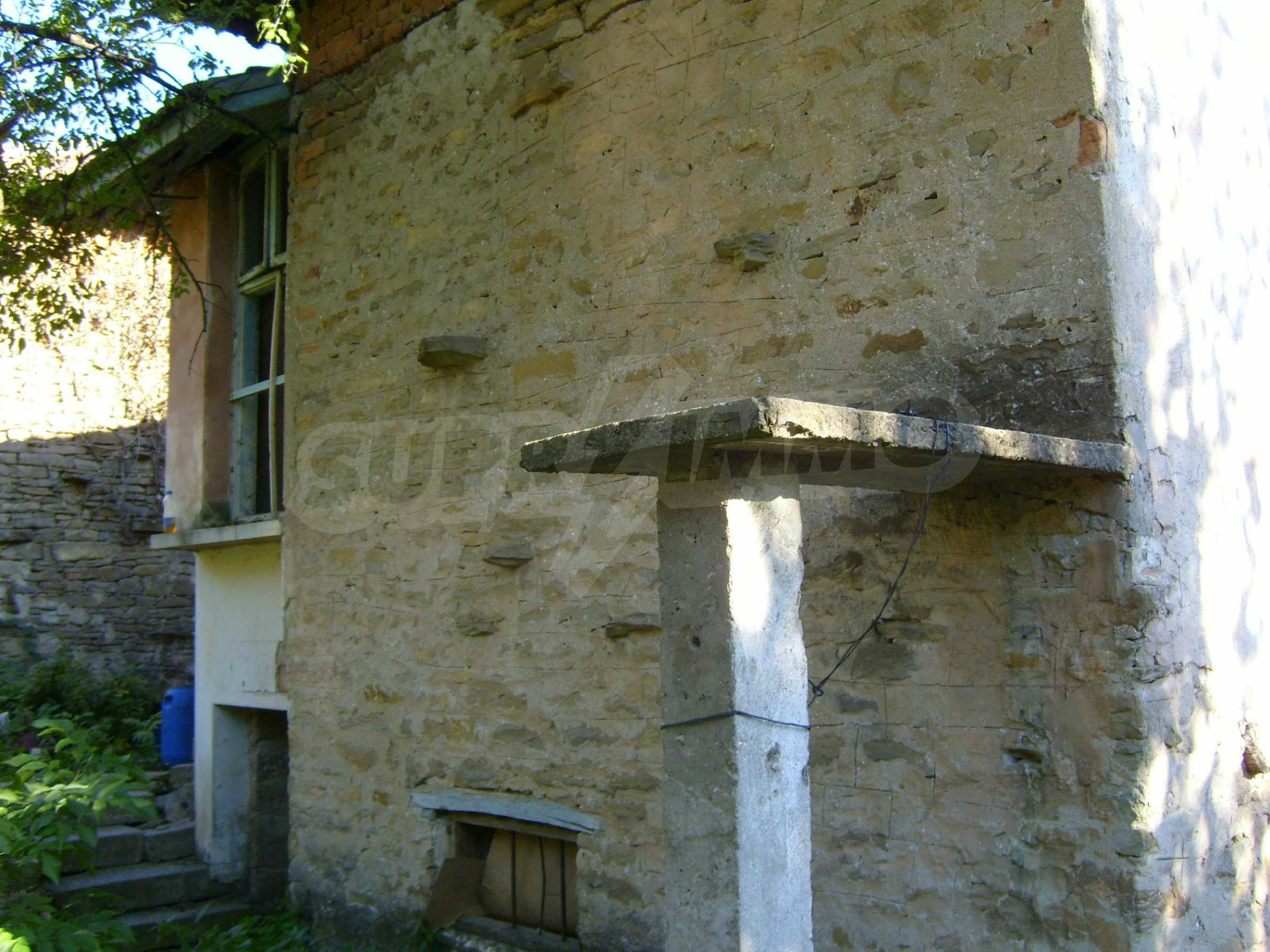 Двуетажна къща с двор в село на 35 км от Велико Търново  10