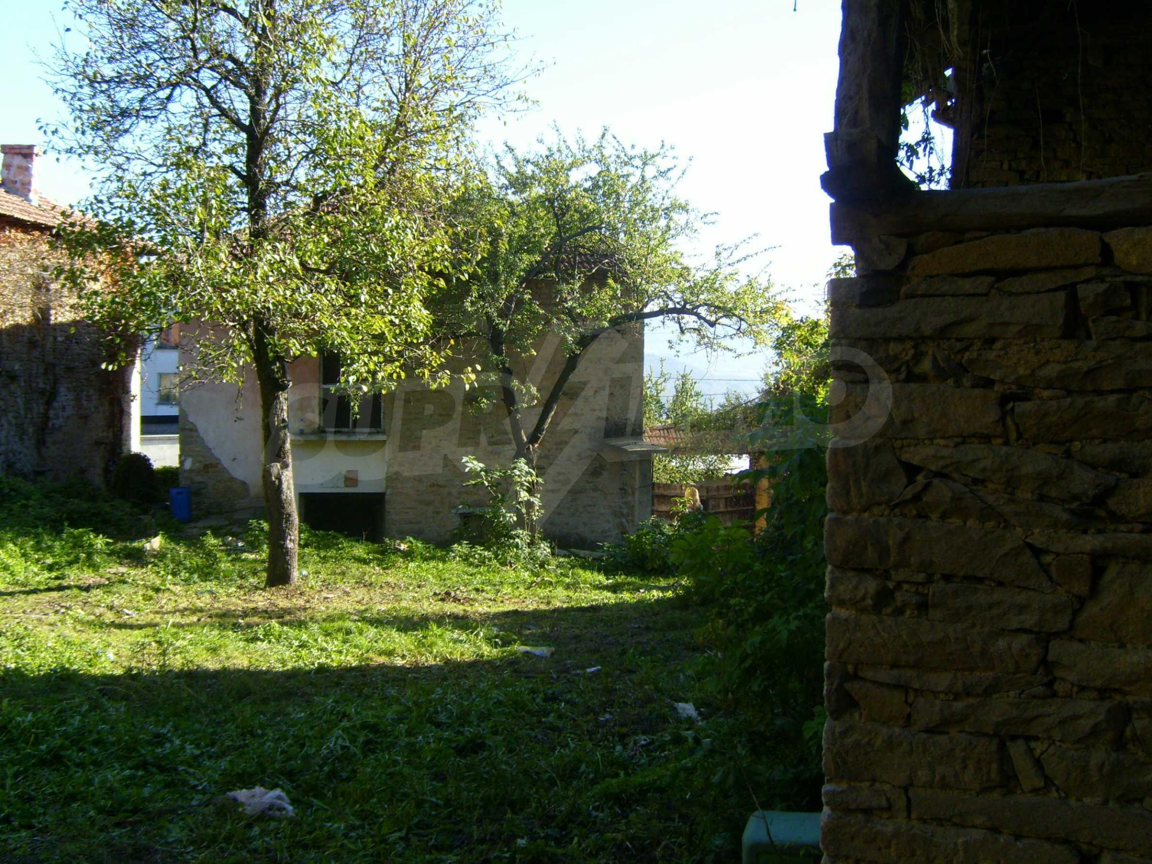 Двуетажна къща с двор в село на 35 км от Велико Търново  13