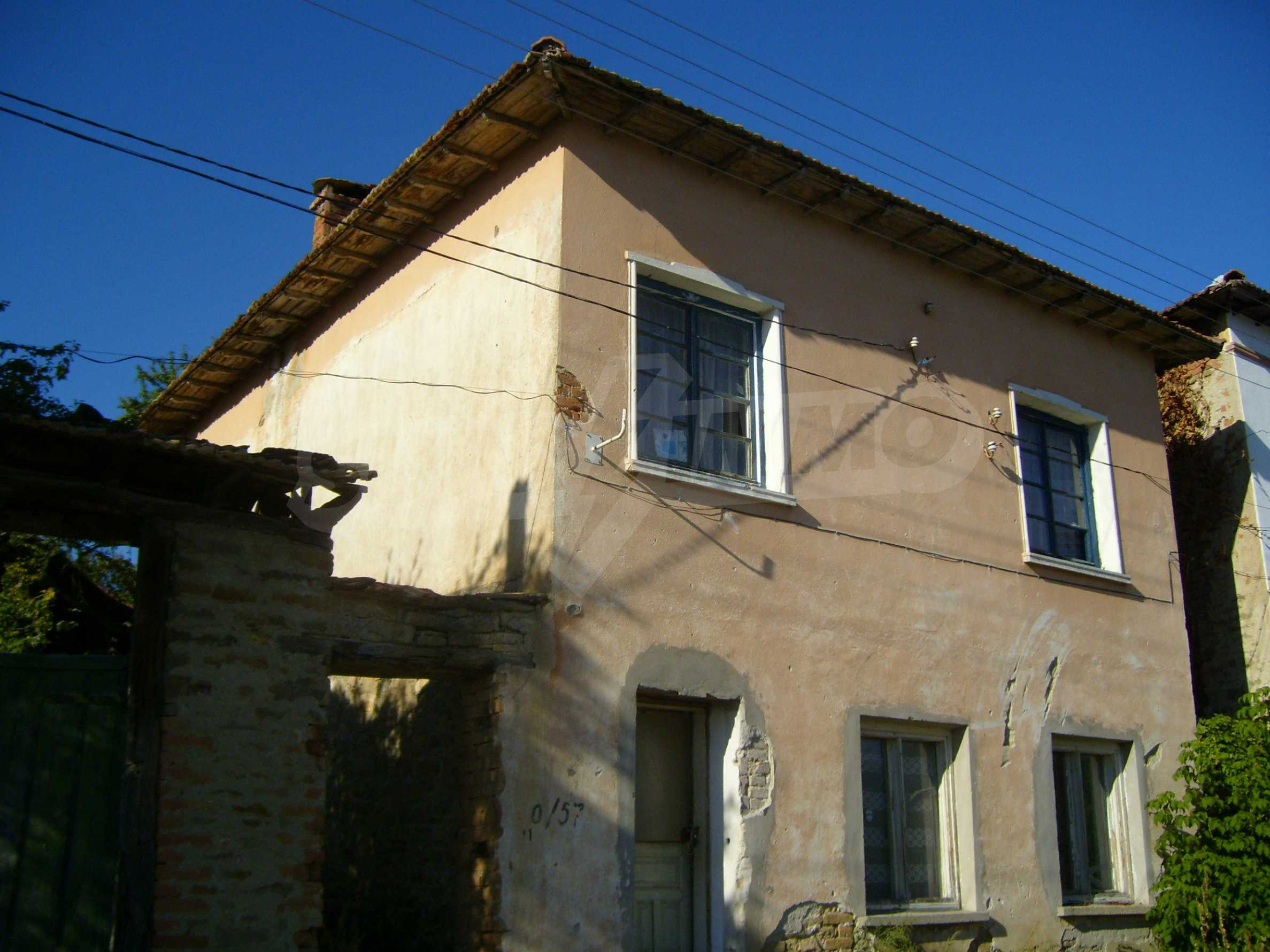 Двуетажна къща с двор в село на 35 км от Велико Търново  16