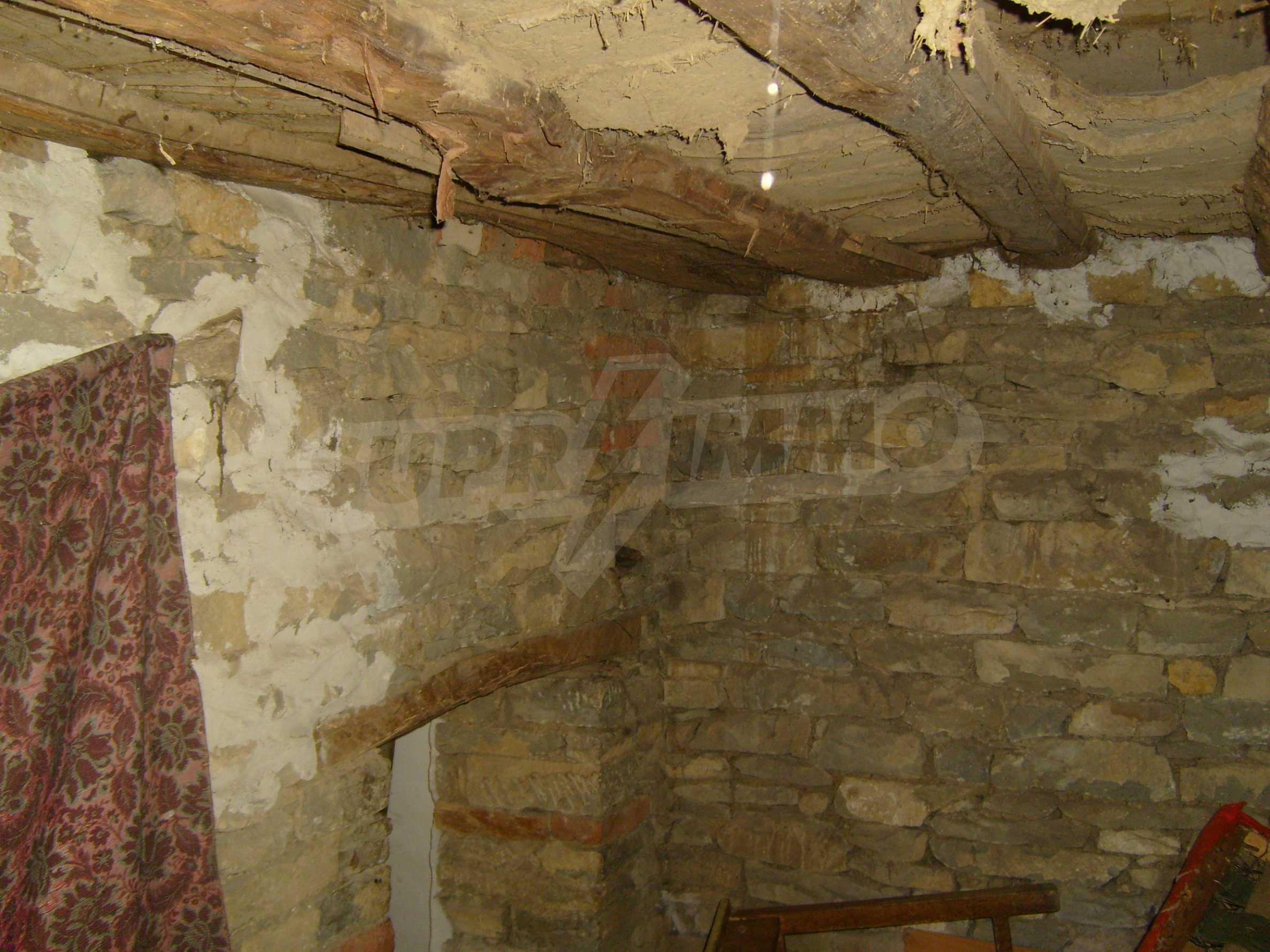 Двуетажна къща с двор в село на 35 км от Велико Търново  5