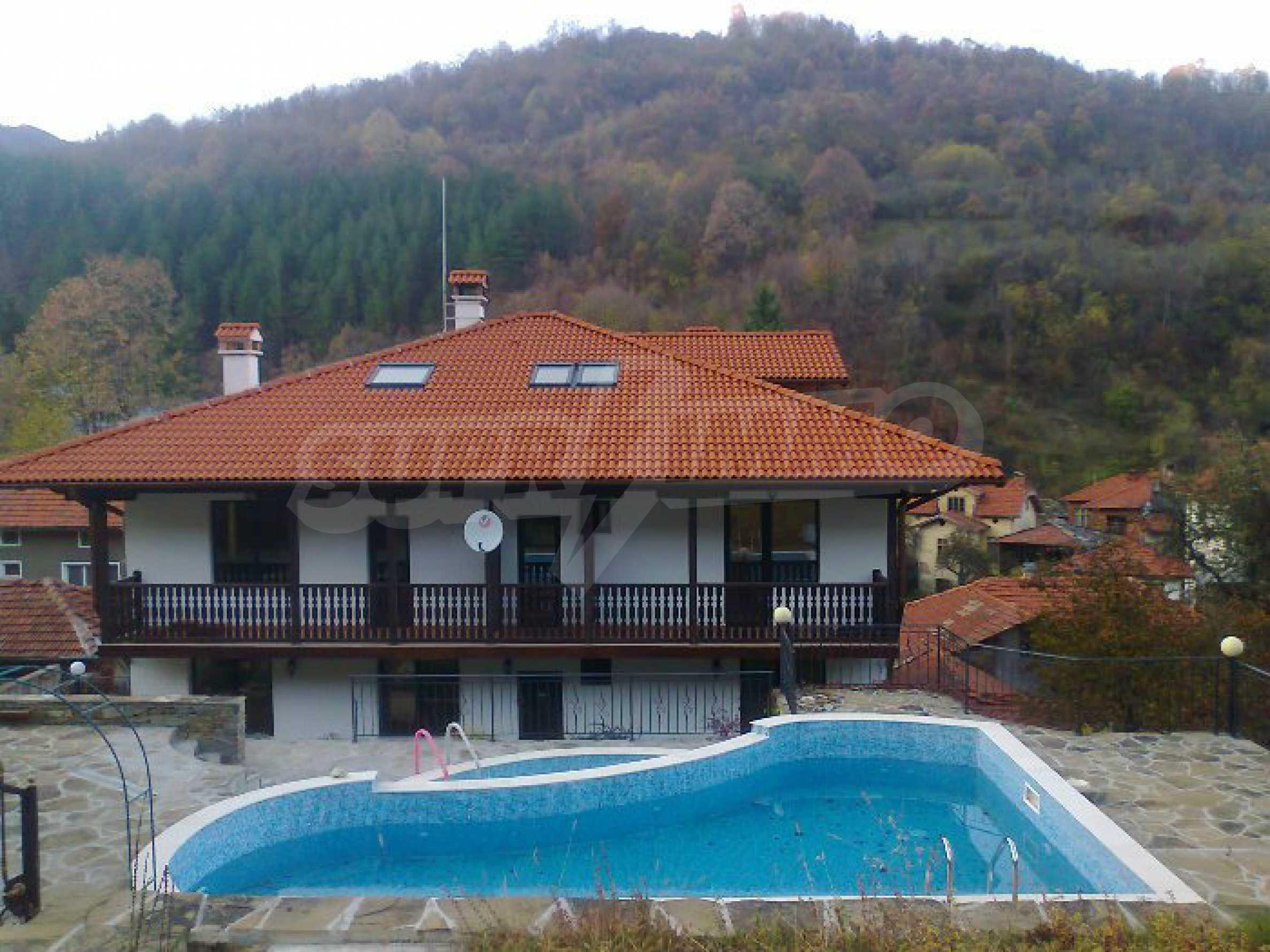 Neu erbautes, komfortabel eingerichtetes Hotel mit Pool im Herzen des Balkangebirges